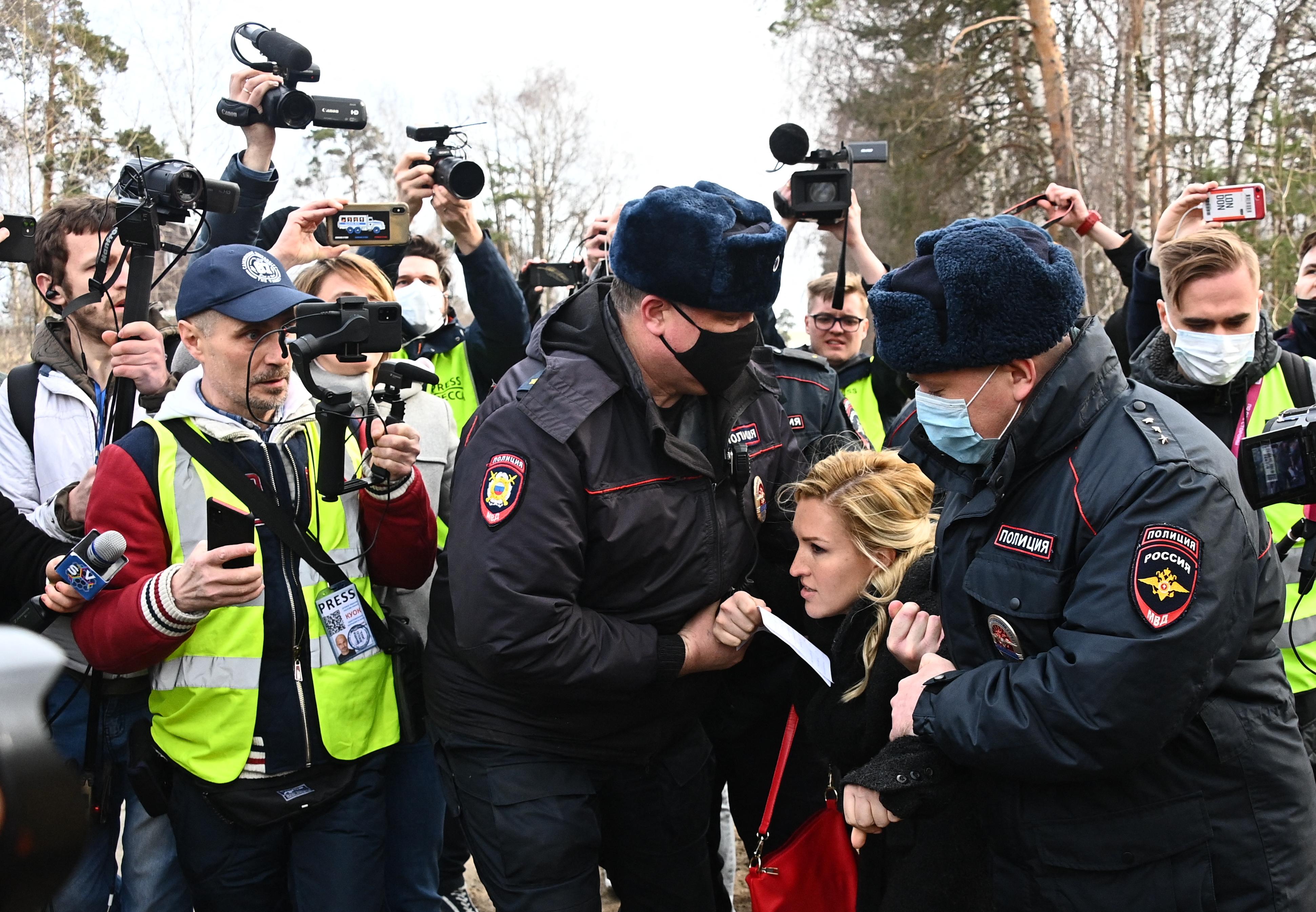Őrizetbe vették Navalnij orvosát, amikor kórházi kezelést követelt neki a büntetőtábor előtt