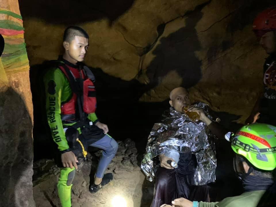 Thai szerzetest mentettek ki egy barlangból, ahova meditálni vonult