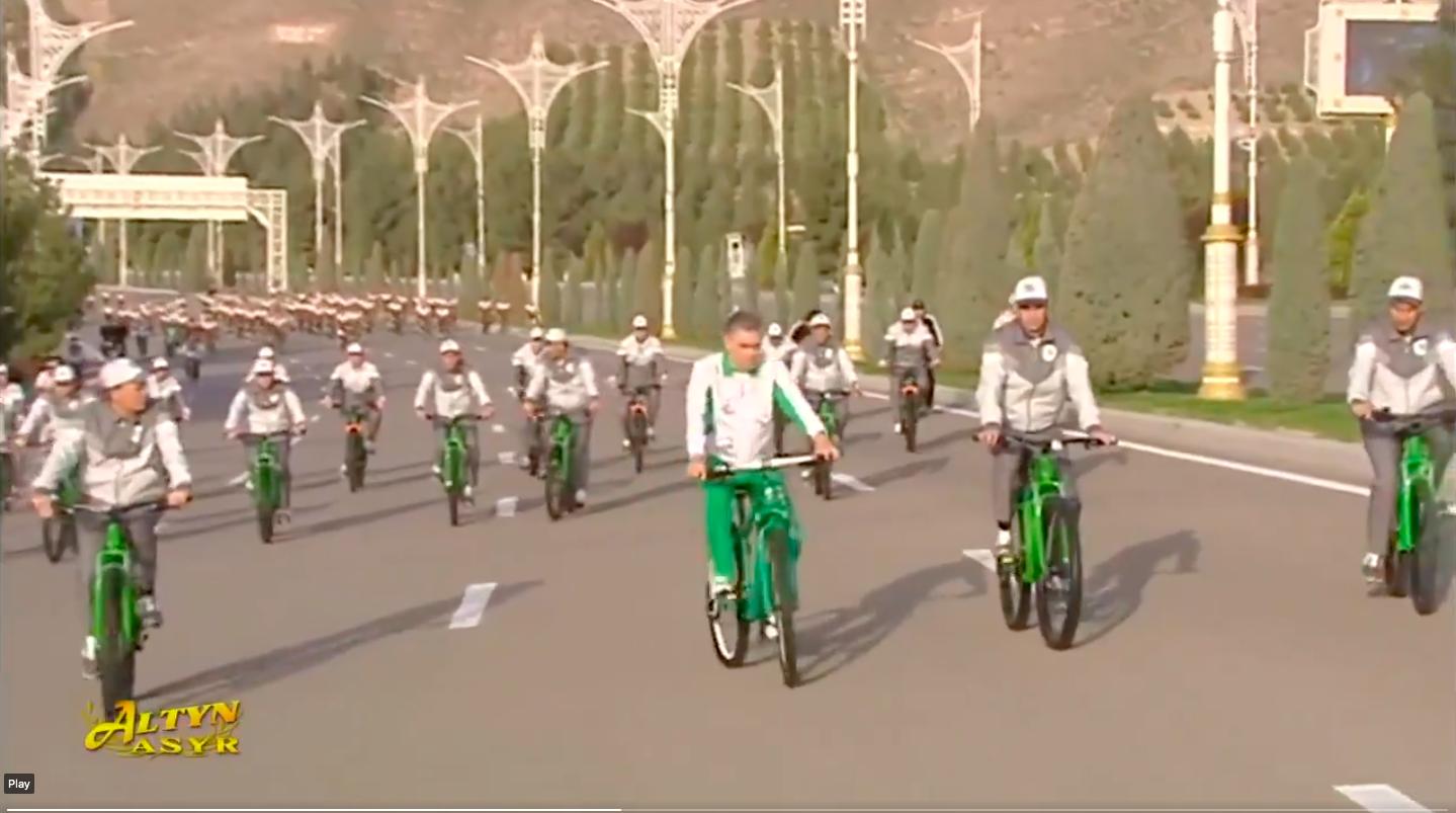 A türkmén diktátor reggel elment biciklizni egy kicsit, hát nem mindenkinek pont olyan bringája volt, mint neki?