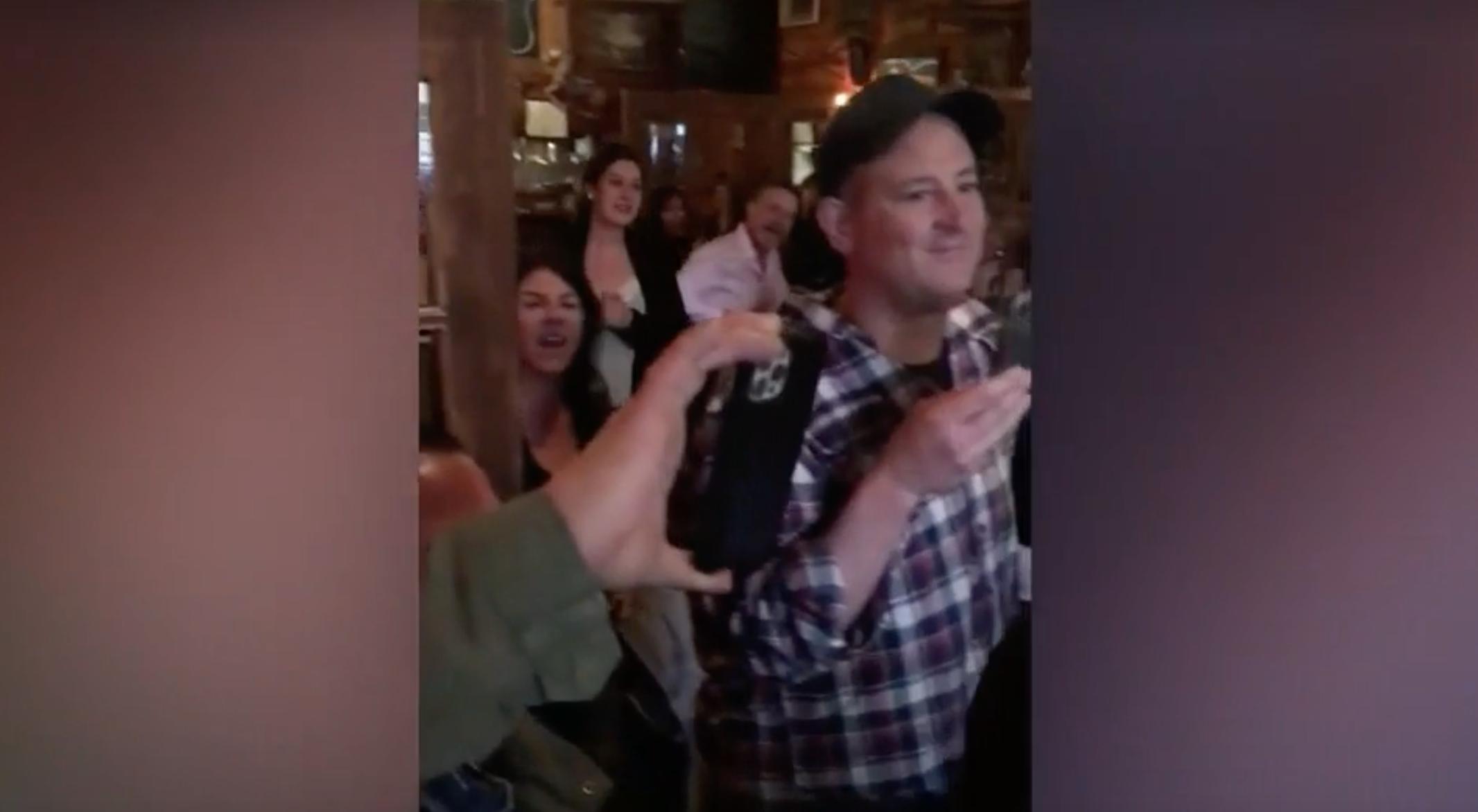Kanadában egy zsúfolt étteremből maszk nélküliek tömege küldte ki kiabálva az egészségügyi ellenőröket