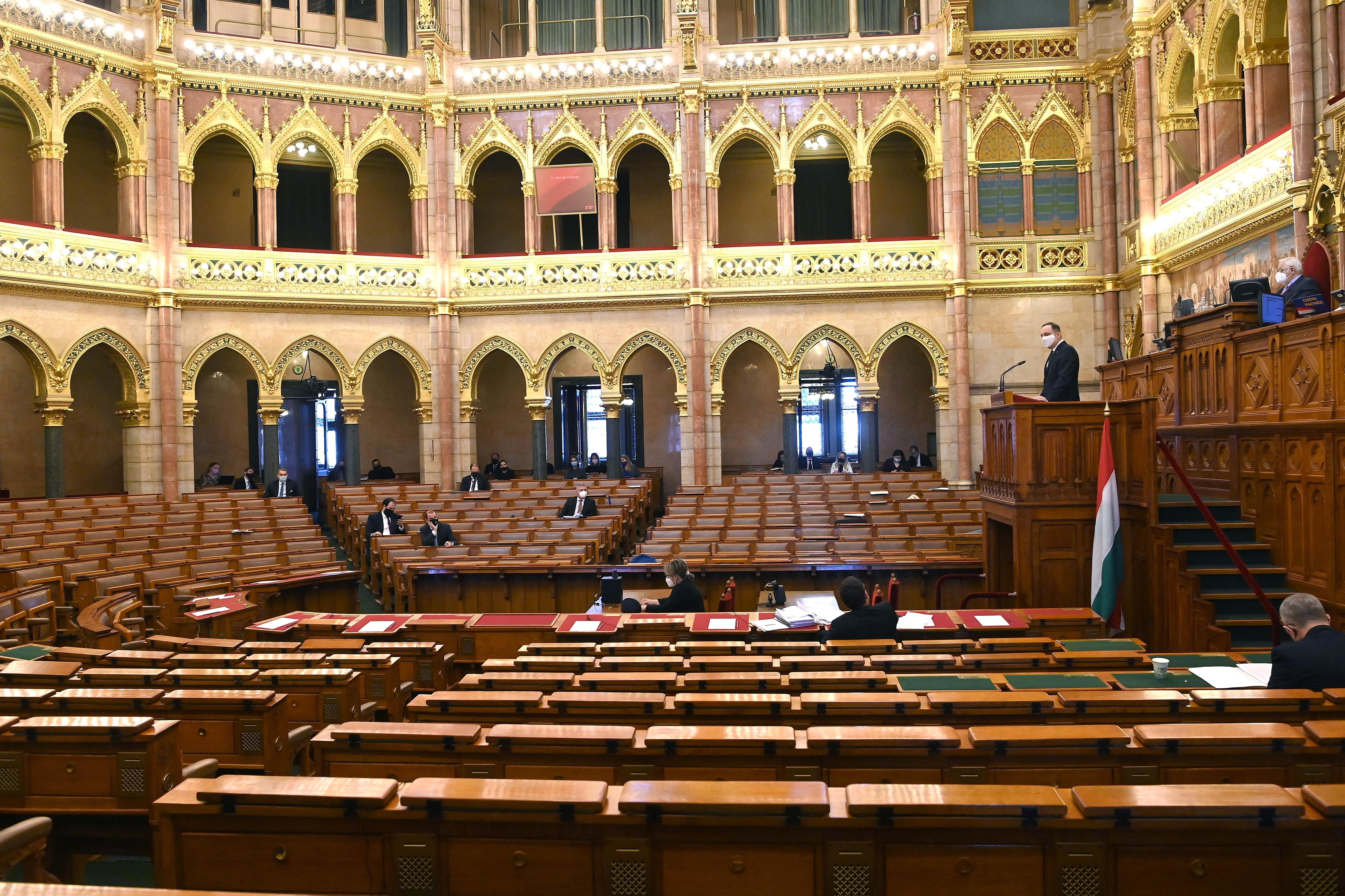 Mintha az egyetemek cégek lennének: az állam nagyszabású leépítéséről vitatkoztak a parlamentben