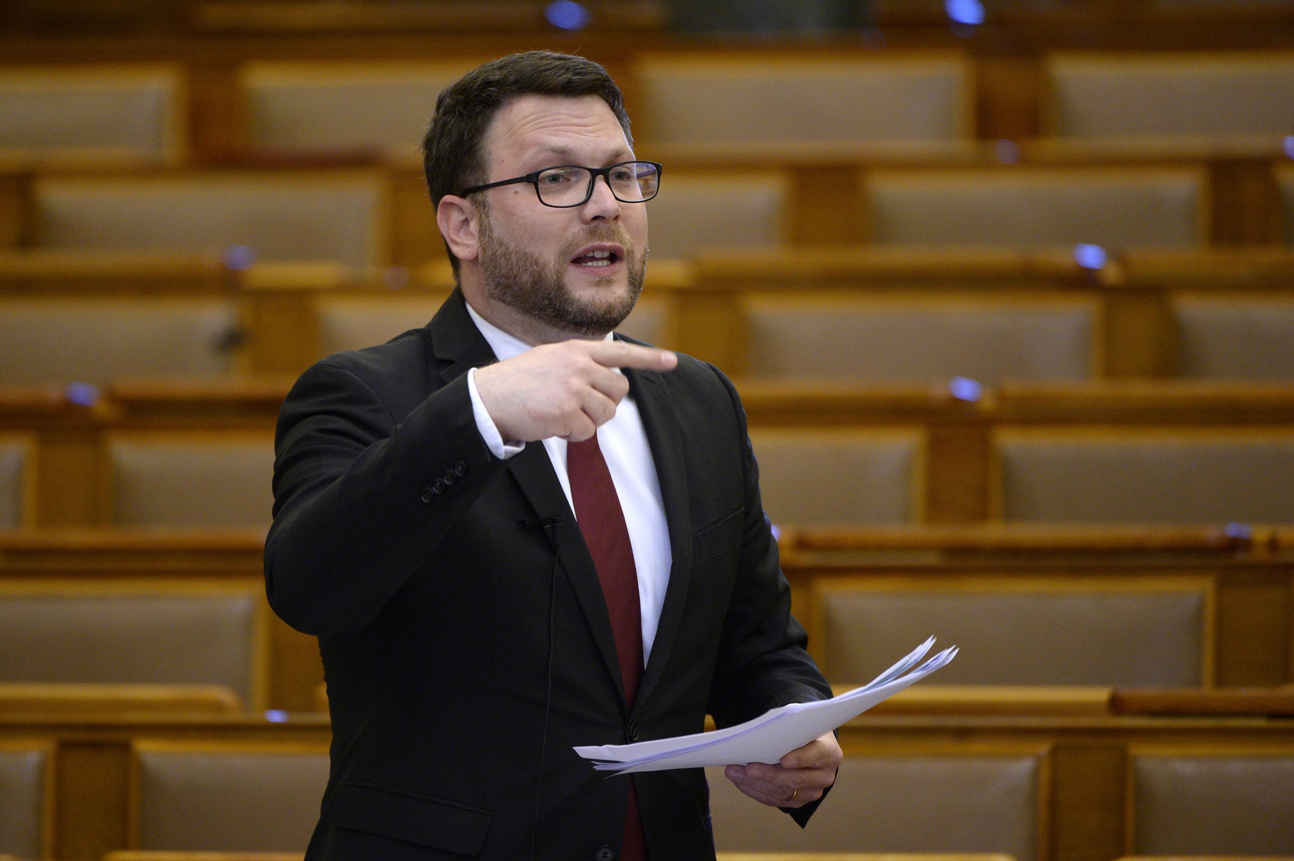Trollkormányzás: megkérdezték Palkovicsot, hogy miért nem válaszol soha semmire, de még erre is a helyettese válaszolt