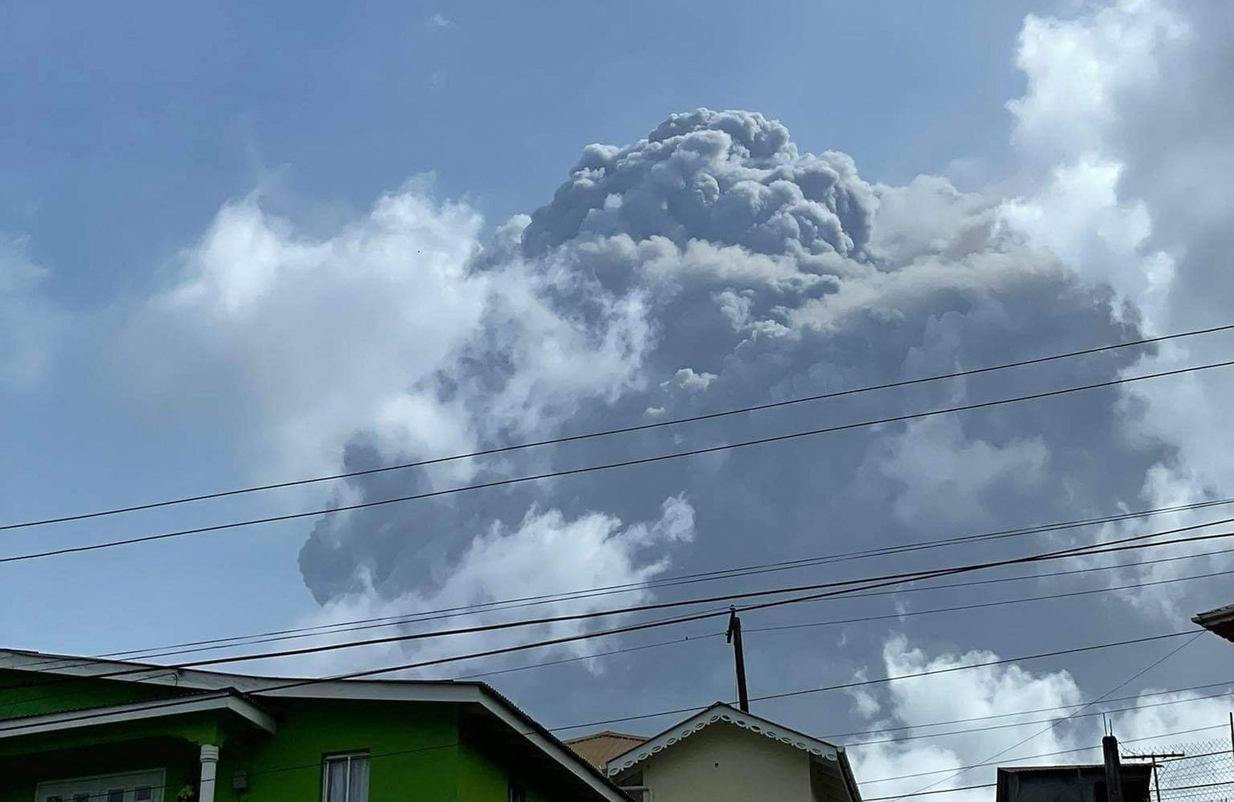 16 ezer embert kellett evakuálni, miután kitört a La Soufrière vulkán