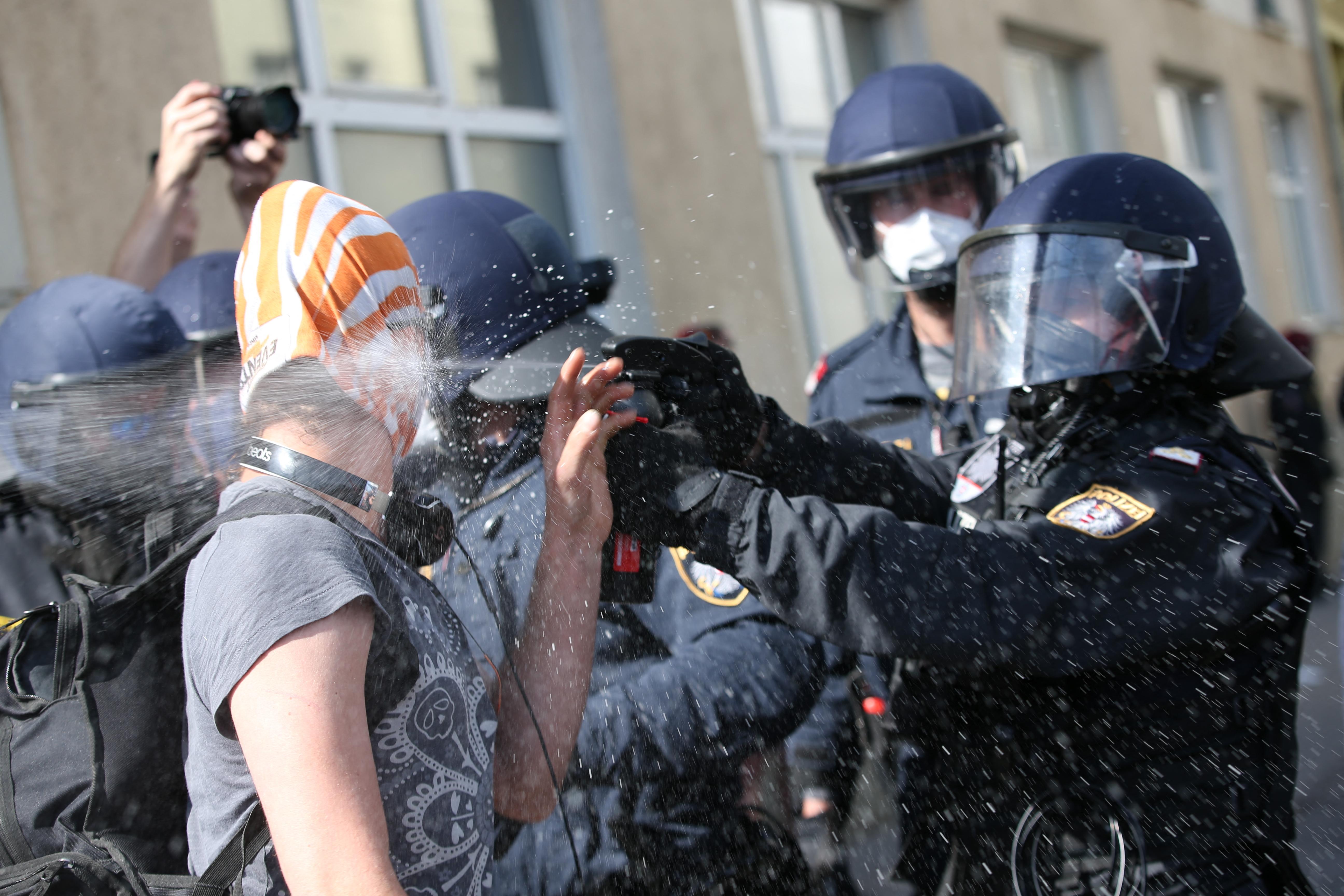 Könnygázzal oszlattak fel egy korlátozásellenes tüntetést Bécsben