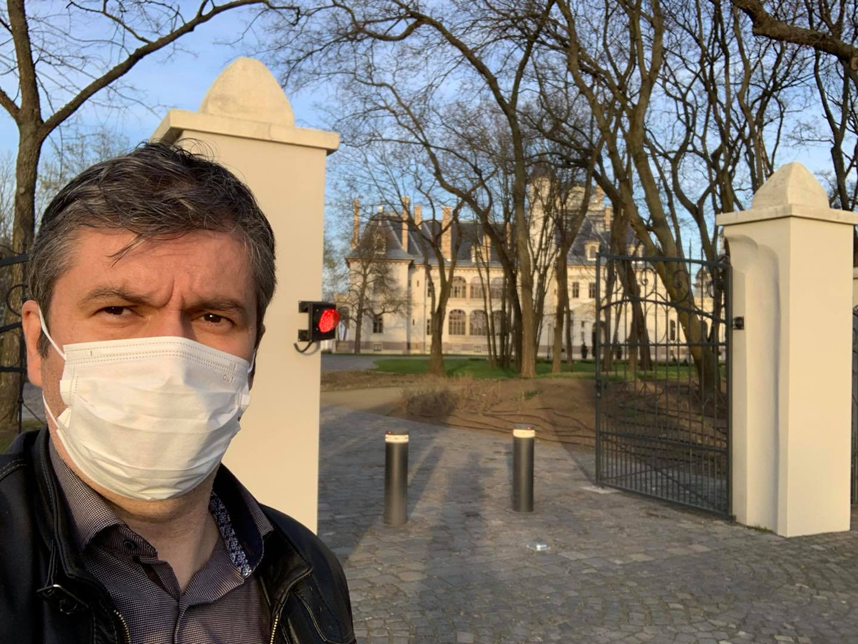 Hadházy feljelentést tett a rendőrségen, amiért Tiborcz István turai kastélyszállójába hétvégén is érkeztek vendégek
