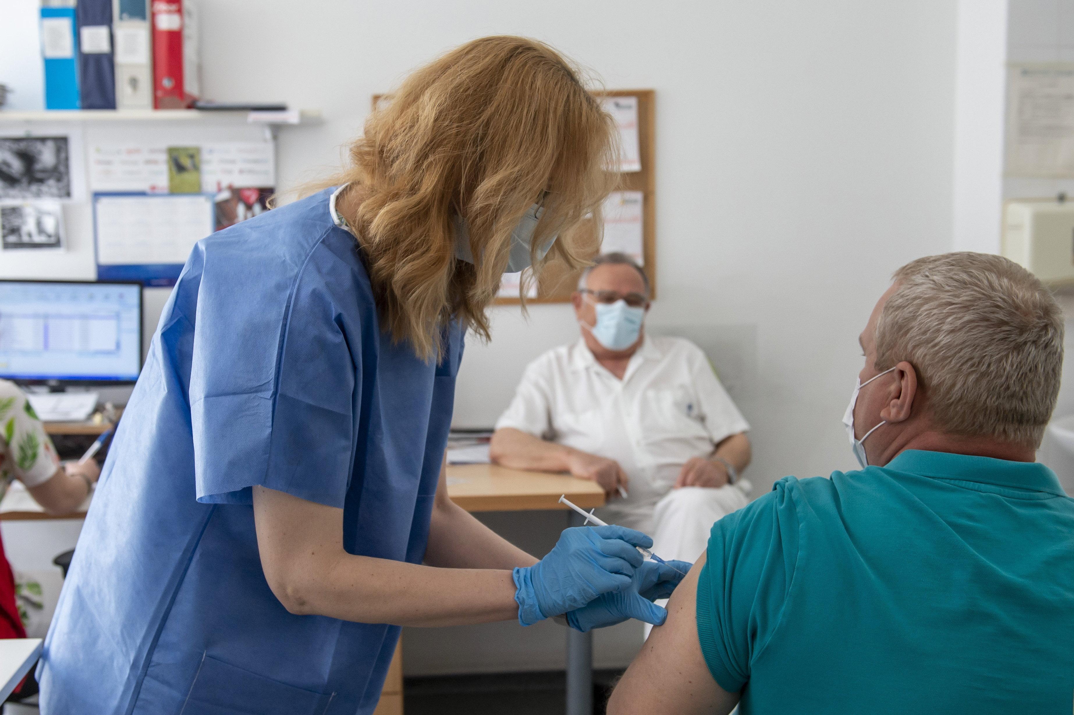 Továbbra sincs változás a járványügyi adatokban: javuló számok, kevés új beoltott