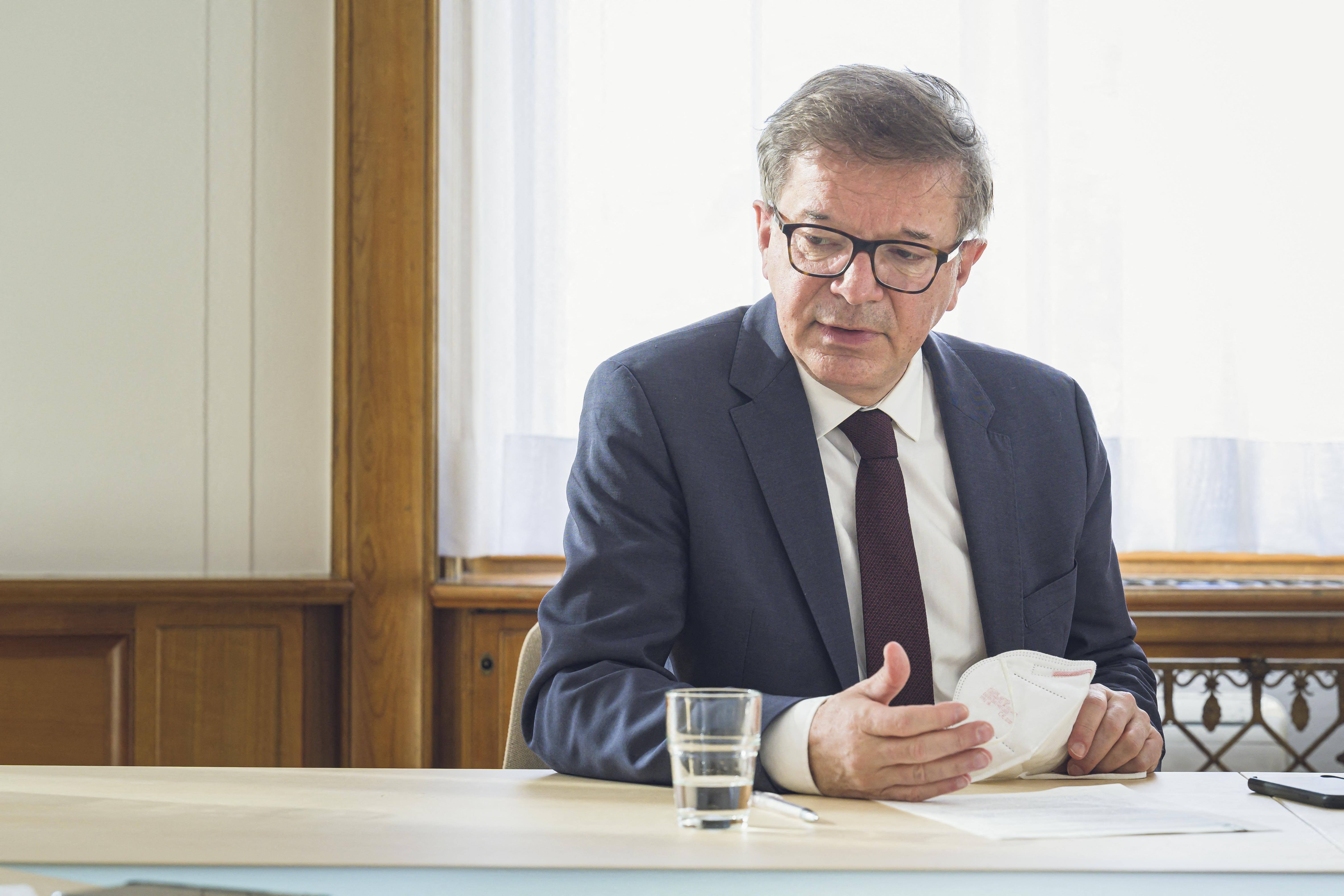 Sírva mondott le az osztrák egészségügyi miniszter