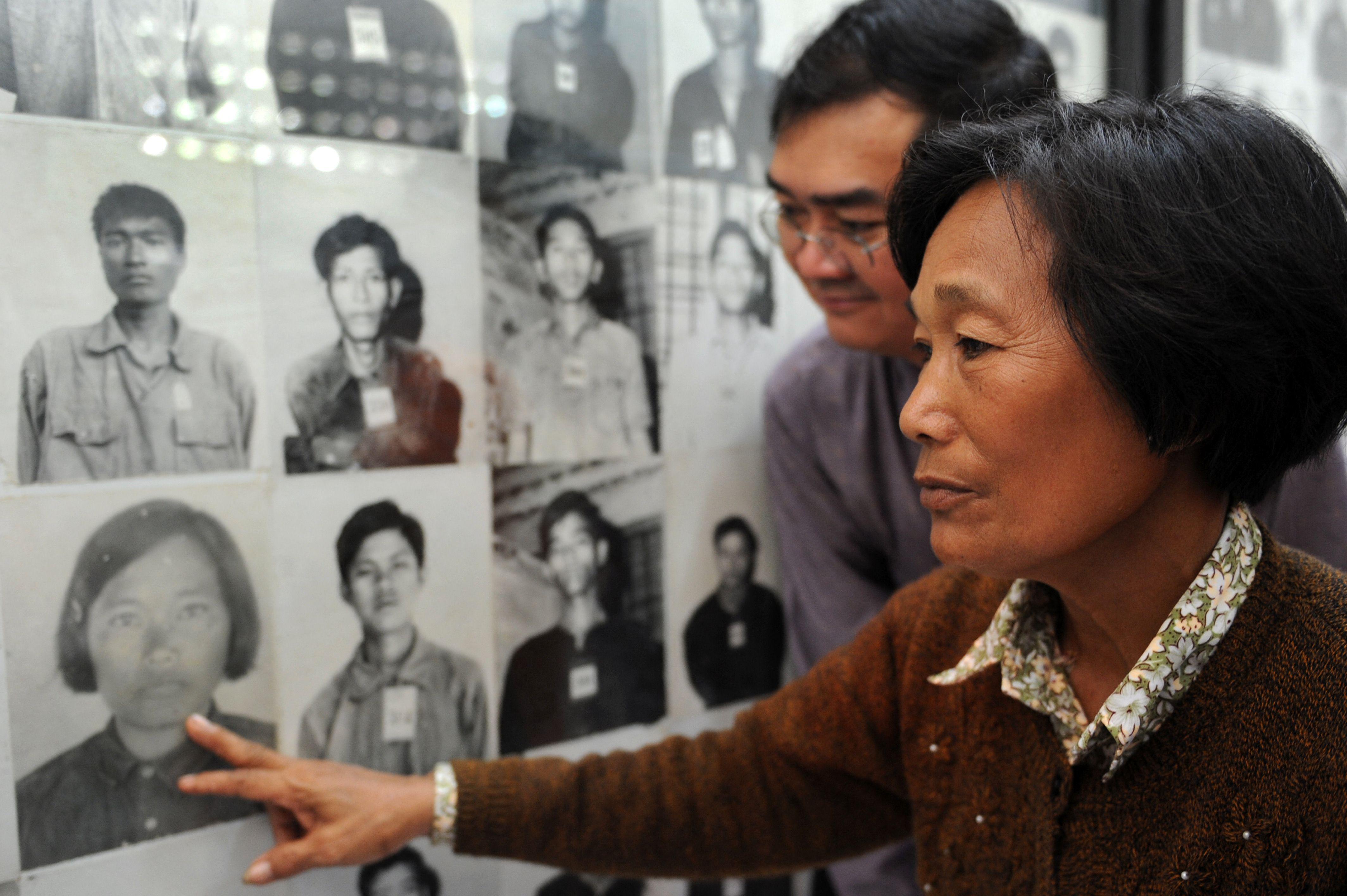Egész Kambodzsát felzaklatta, hogy egy ír művész mosolygósra photoshopolta a vörös khmerek áldozatainak portréit