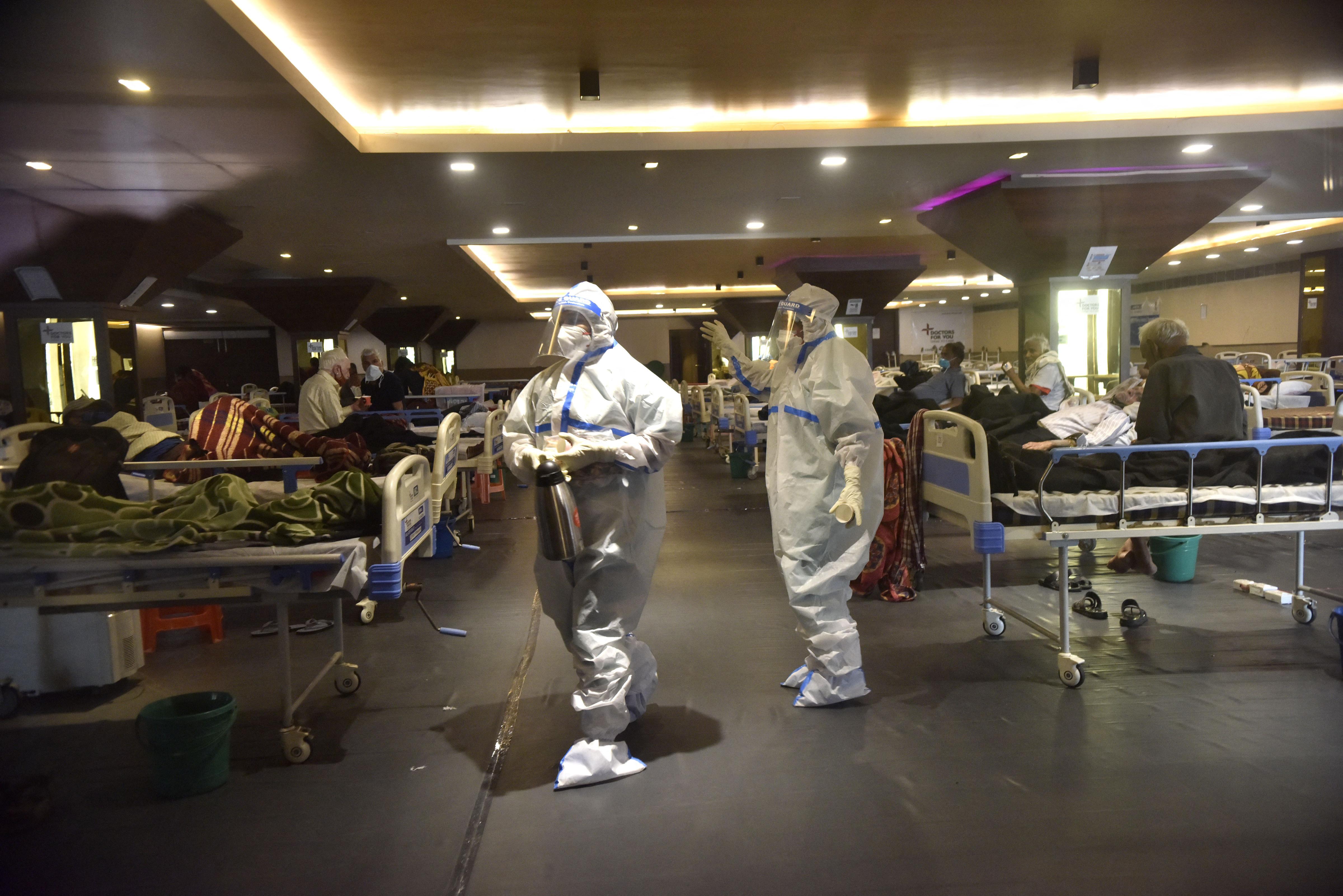 Küzdenek a szabad ágyért és az oxigénért az indiai kórházak