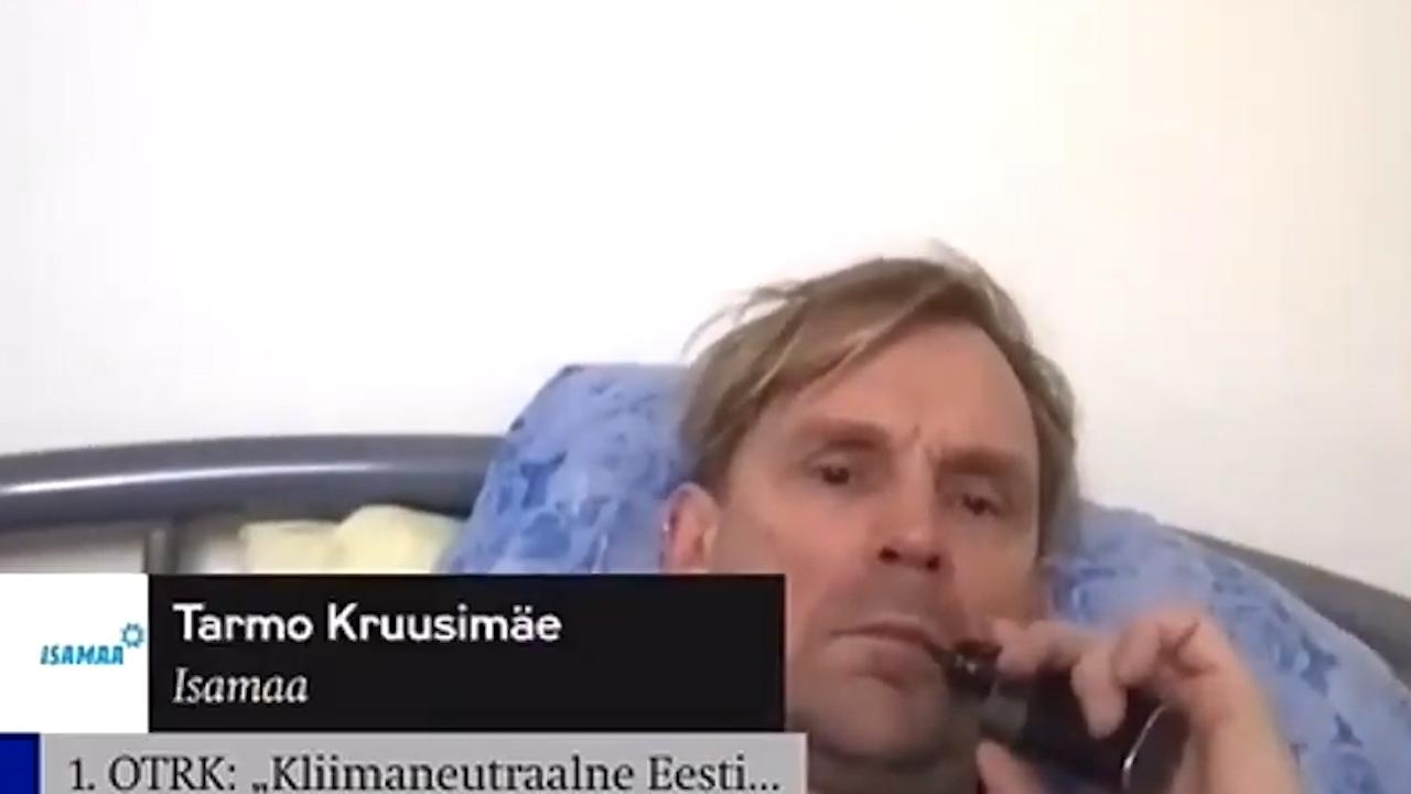Ágyban fekve, e-cigit szívva, hangos zenével a háttérben jelentkezett be a parlament ülésébe az észt képviselő