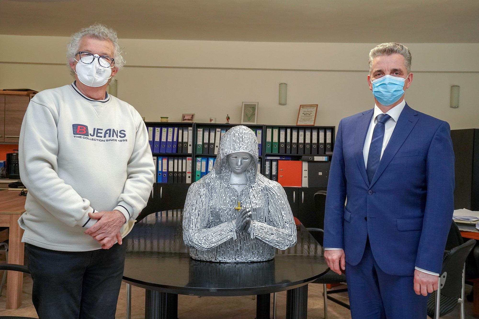 Különleges szoborral lepték meg Tessely Zoltán fideszes képviselőt