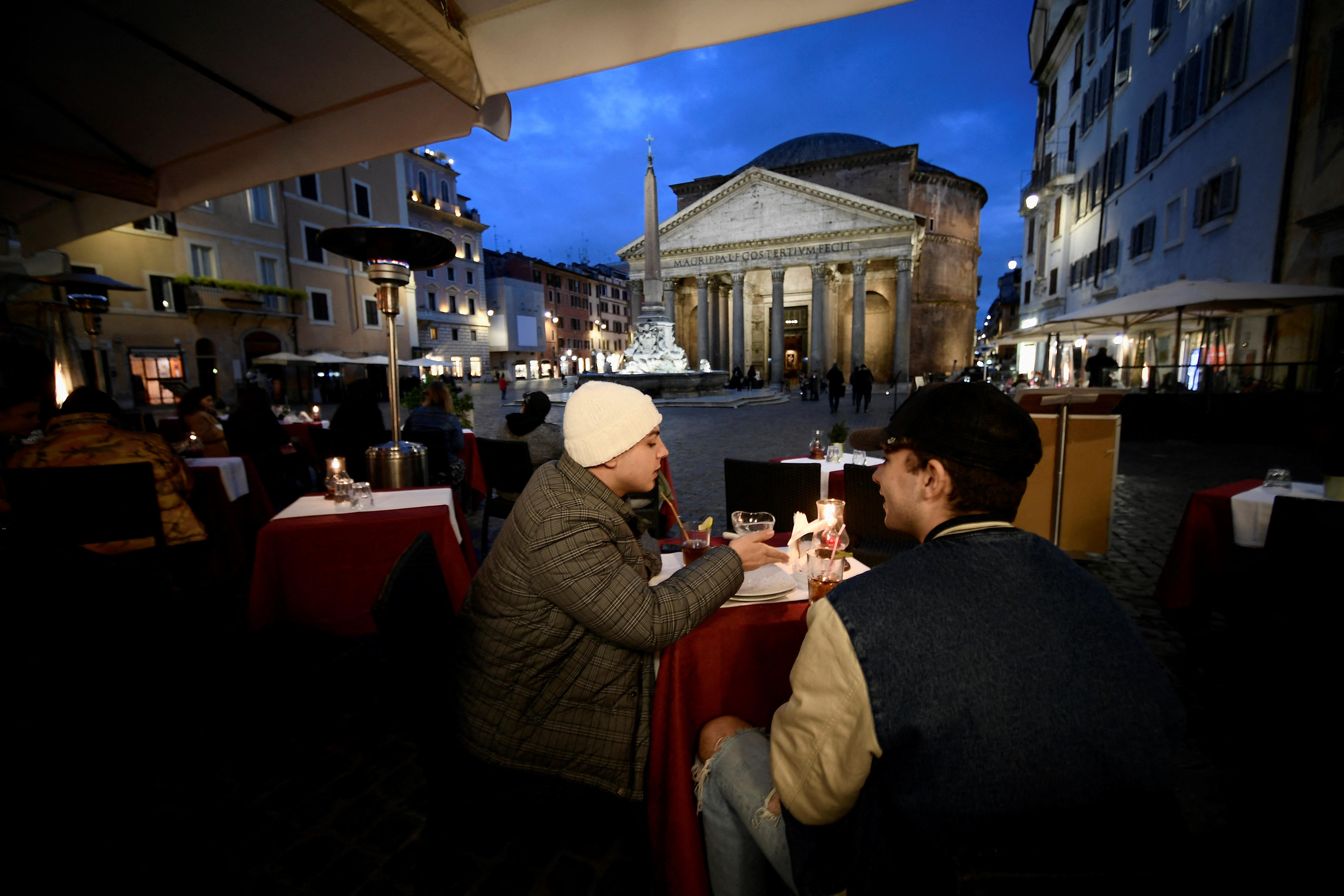 A vártnál korábban nyitnak az iskolák és a teraszok Olaszországban