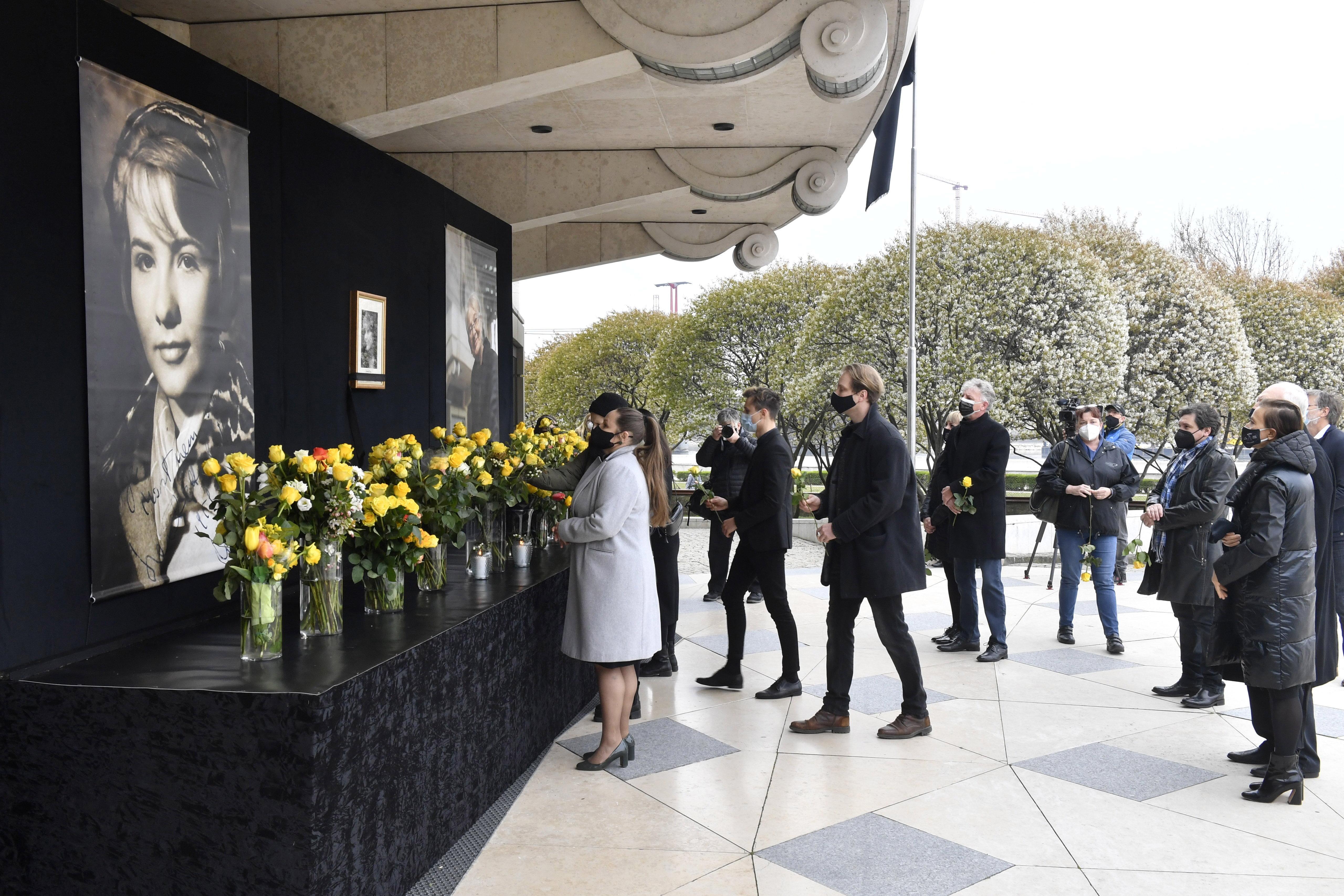 Megemlékezést tartottak Törőcsik Mariról a Nemzeti Színház előtt