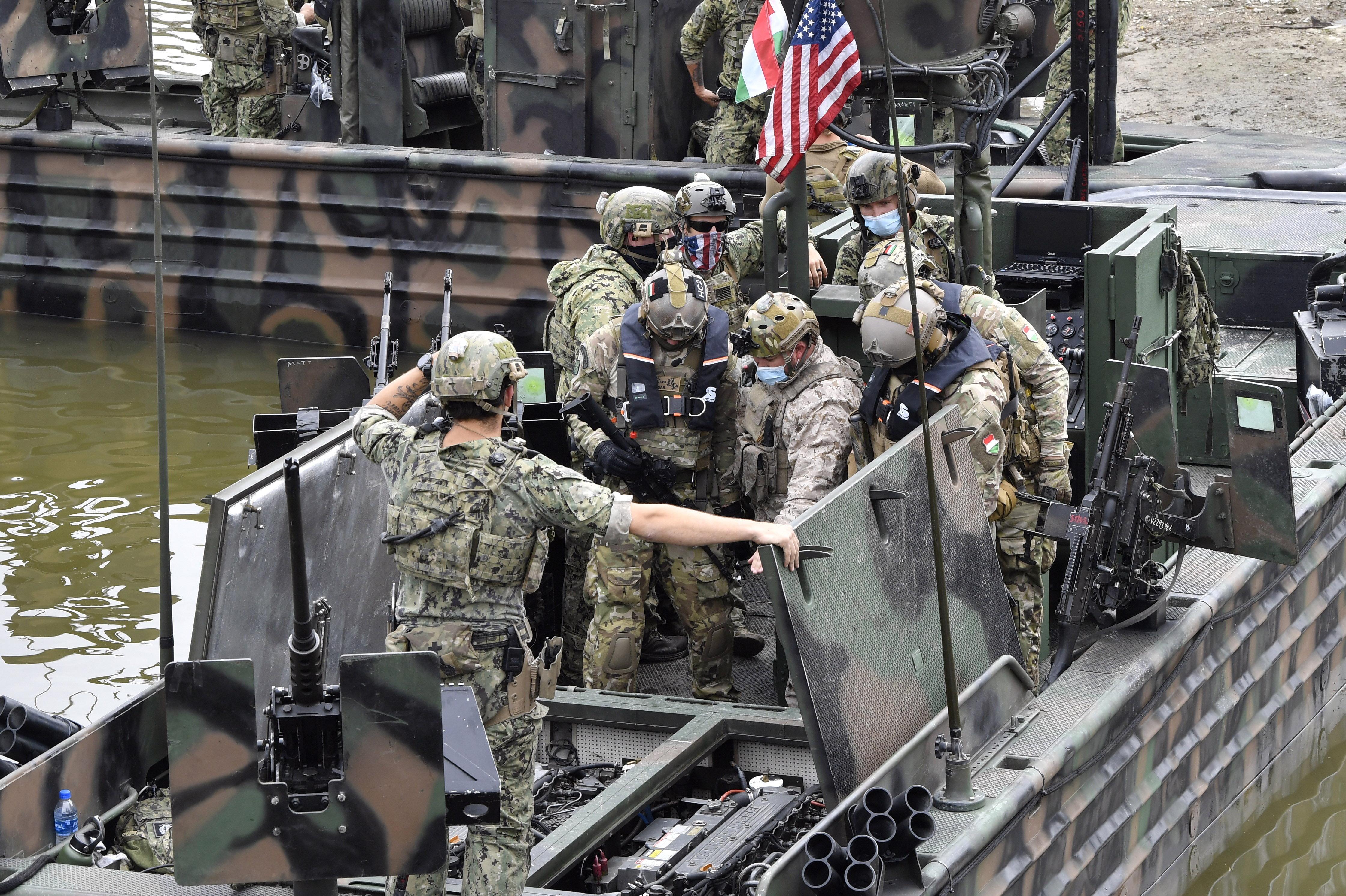 Az amerikai haditengerészet katonái gyakorlatoznak magyar vizeken