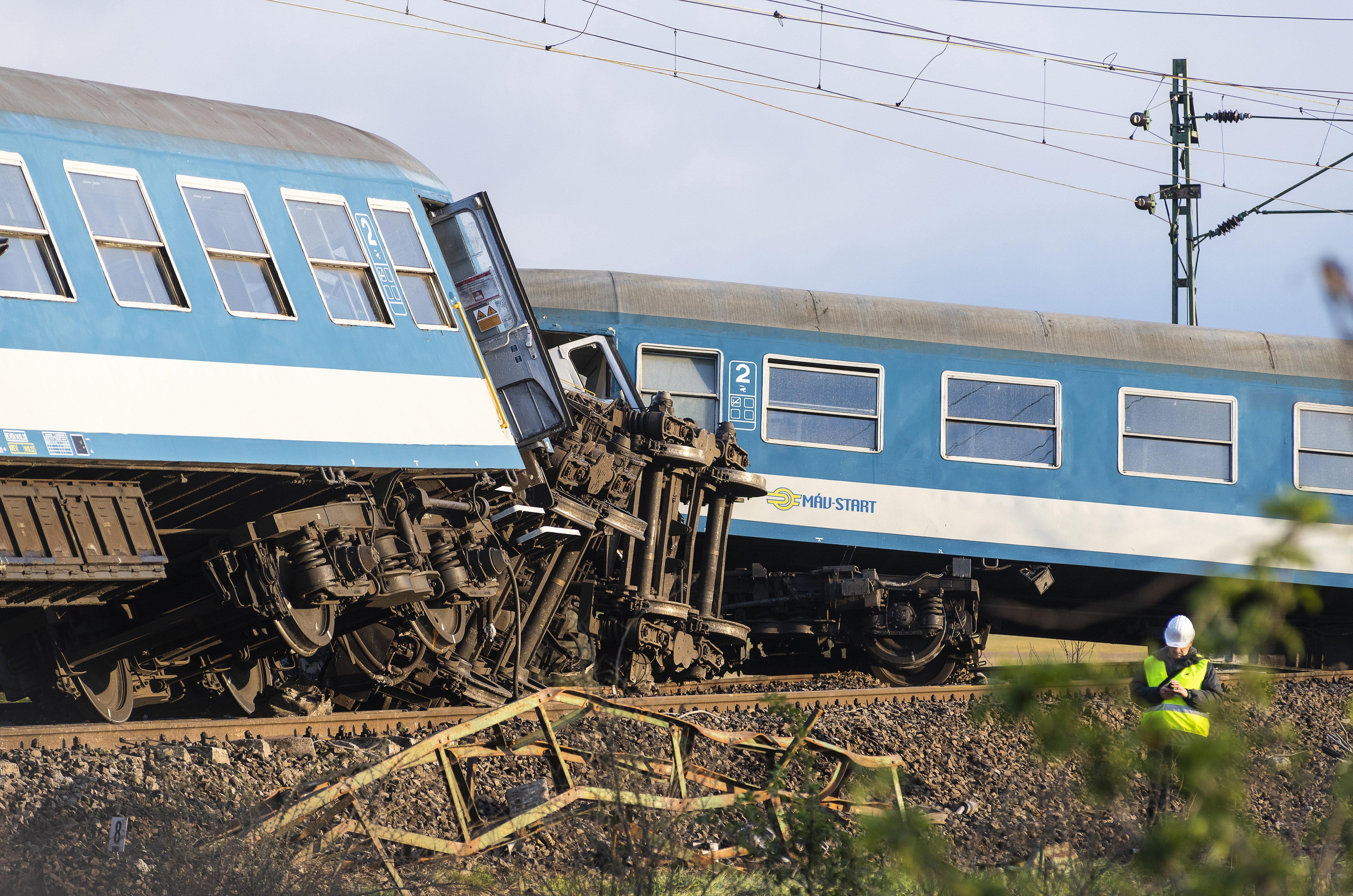 Kisiklott egy vonat, amikor összeütközött egy traktorral Újfehértónál