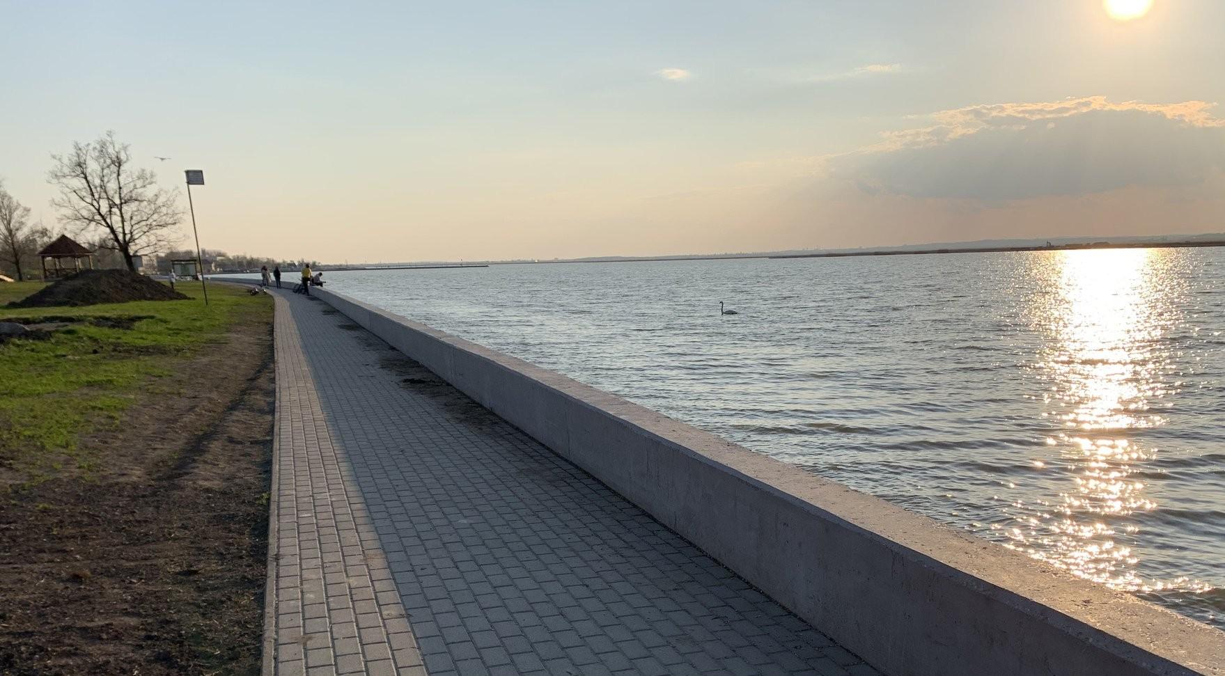 Betonfalat emeltek közvetlenül a víz elé a Velencei-tó partján, az agárdi szabadstrandon