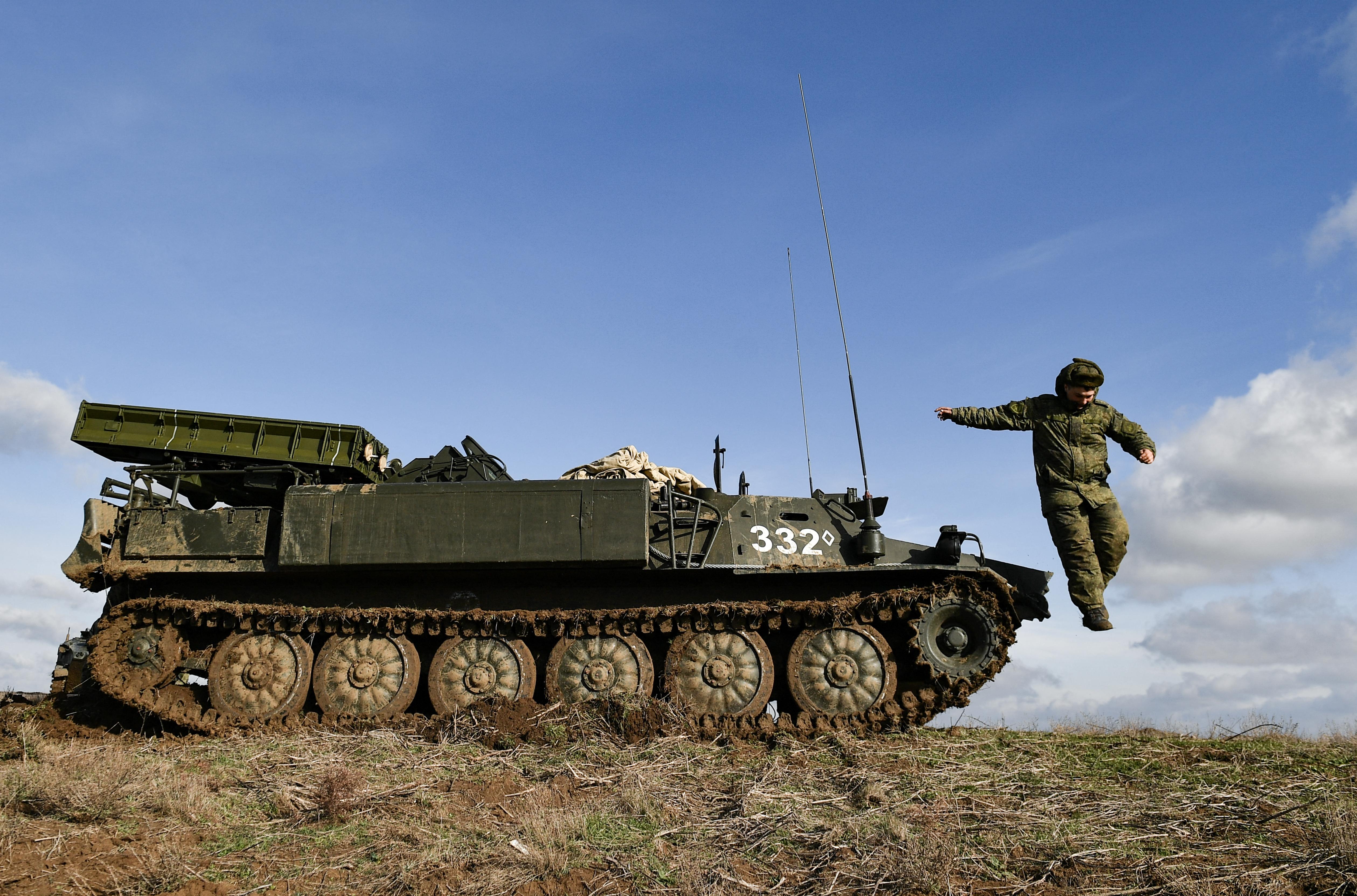 Oroszország visszahívja a csapatait az ukrán határról