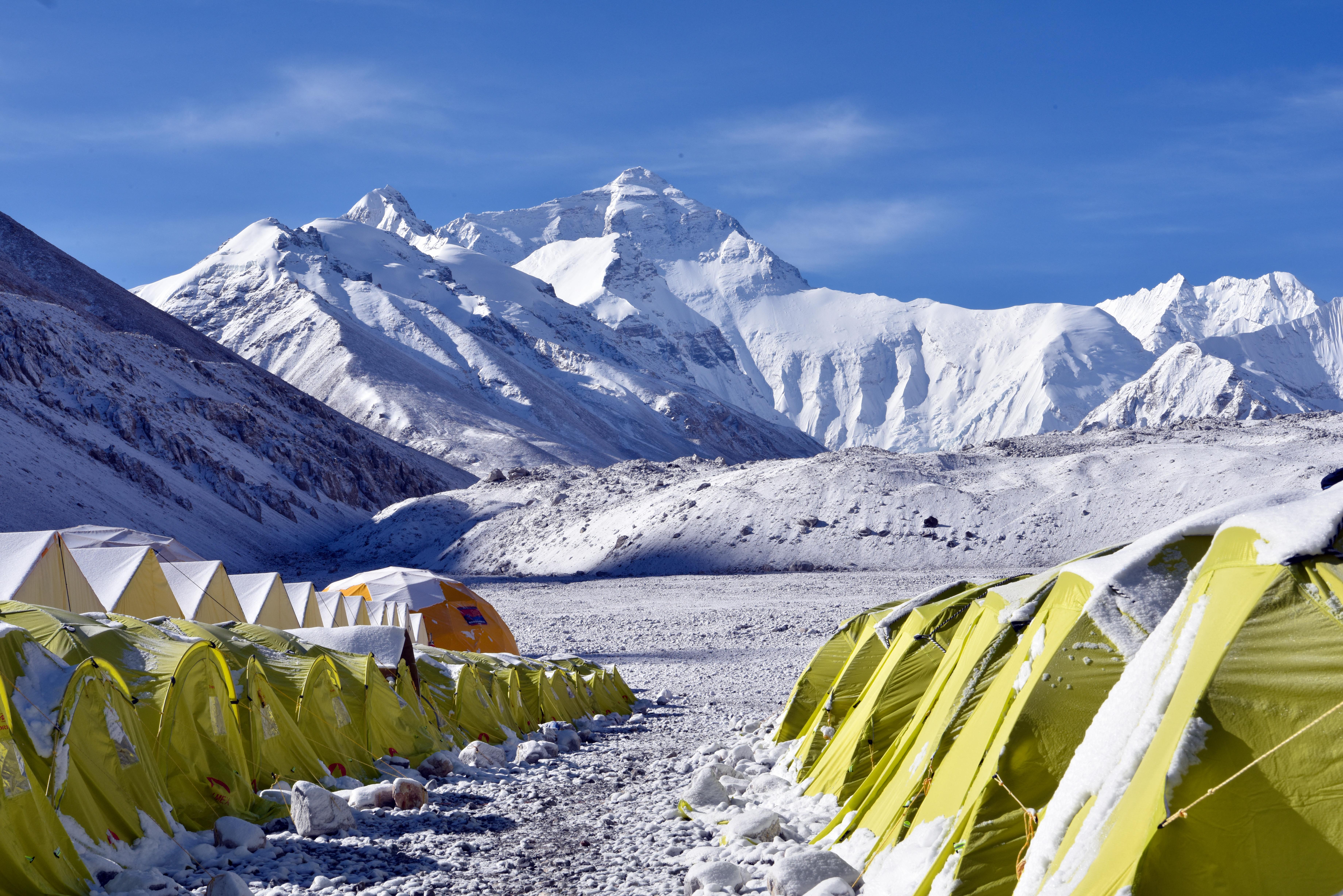 Veszélyesen sok a koronavírusos hegymászó a Mount Everesten