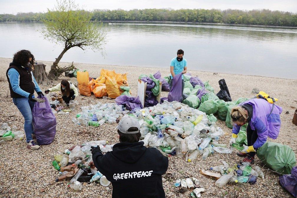 Ásványvizes és üdítős palackok miatt úszik műanyagban a Duna