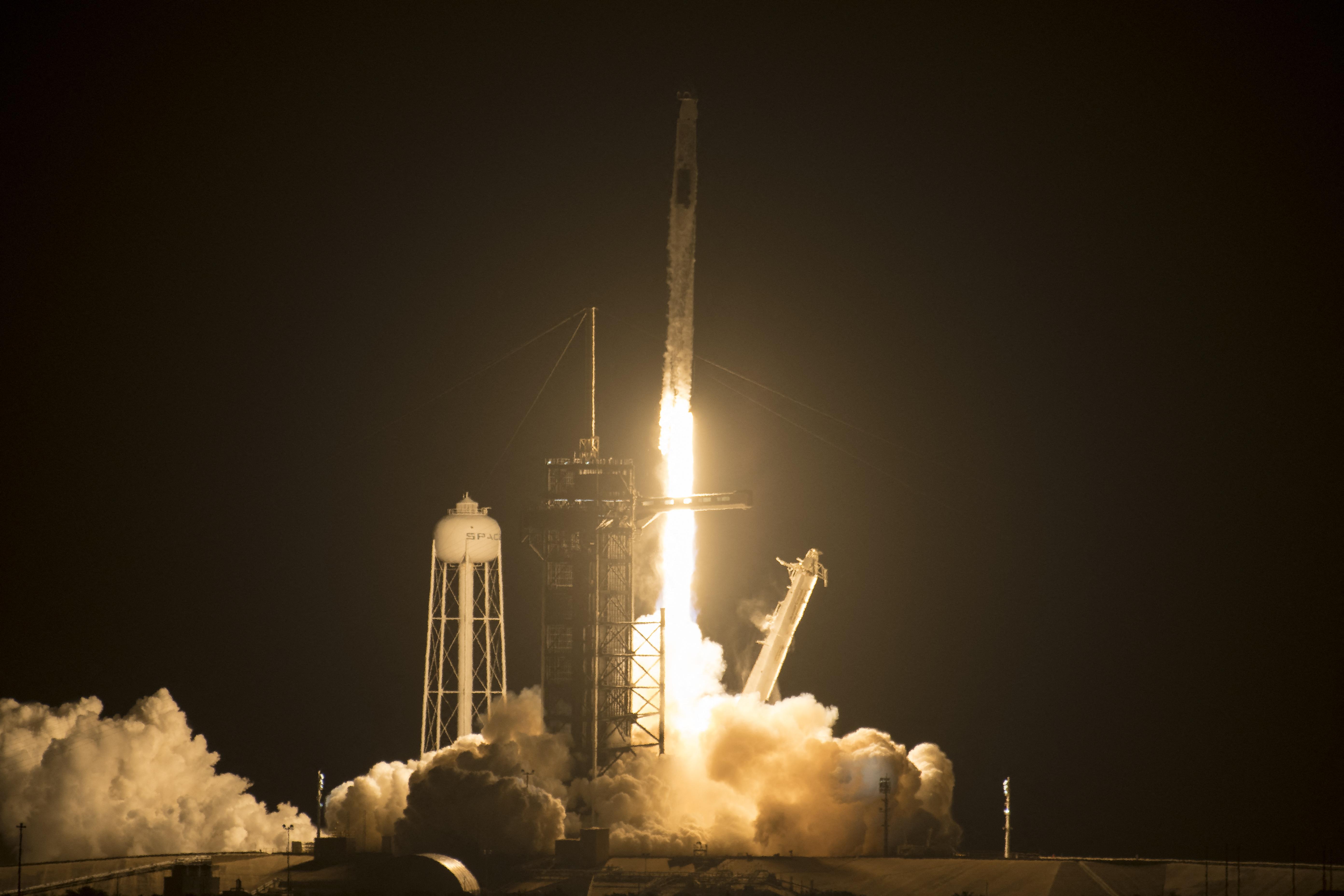 Kilőttek az űrbe négy asztronautát a SpaceX űrhajójával