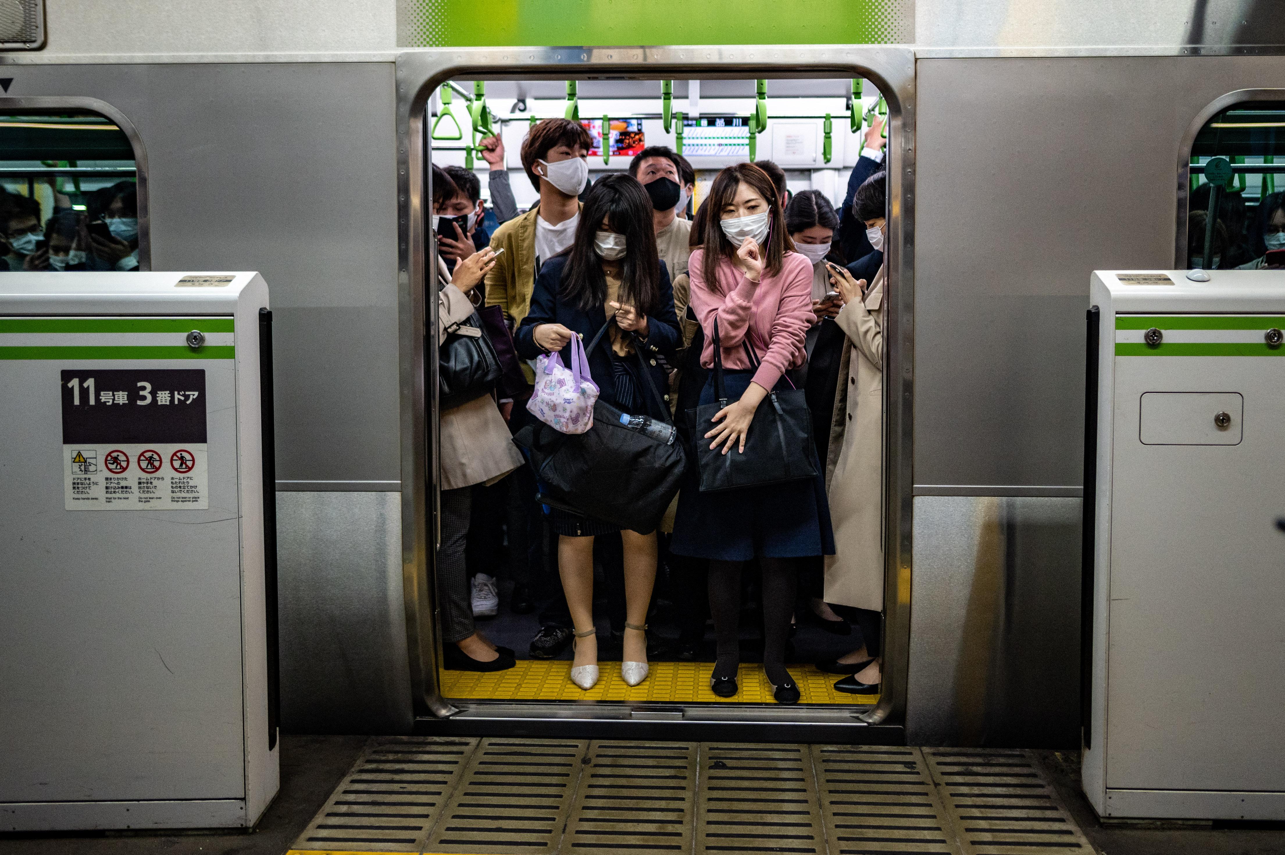 Tokióban és Oszakában is egészségügyi vészhelyzetet hirdettek
