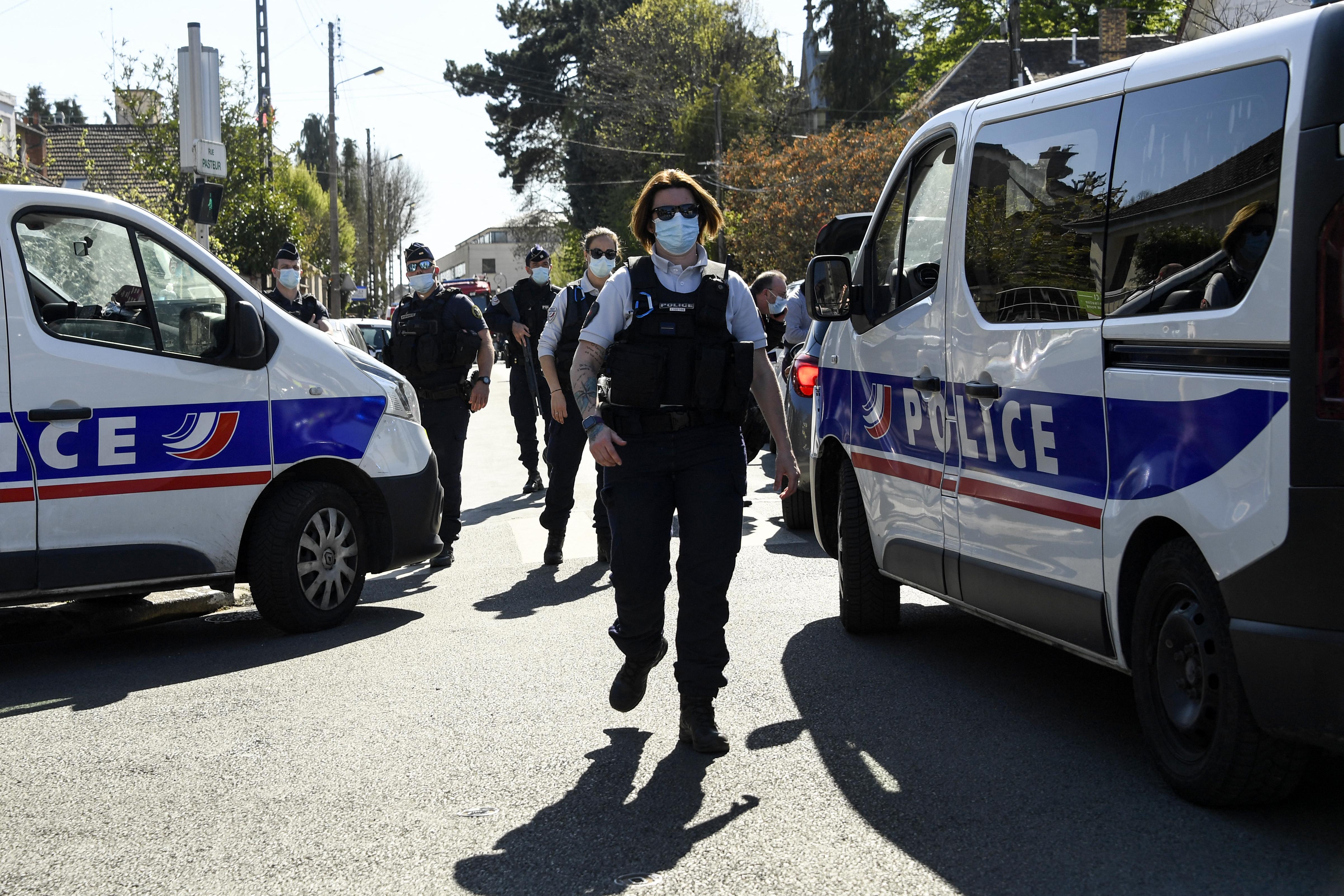 Késes támadó ölt meg egy francia rendőrnőt Párizs mellett