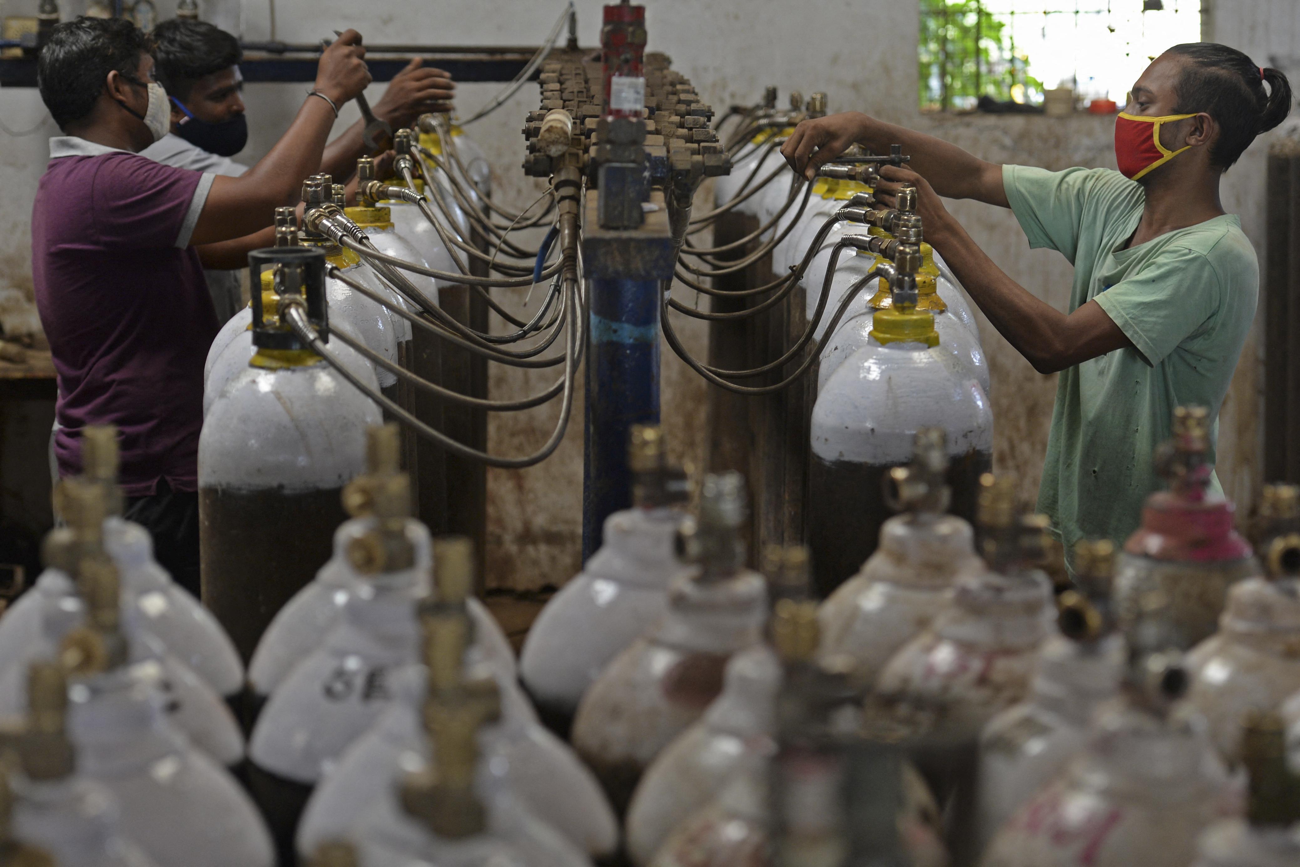 Az indiai kórházakban már azért halnak meg a betegek, mert elfogyott az oxigén