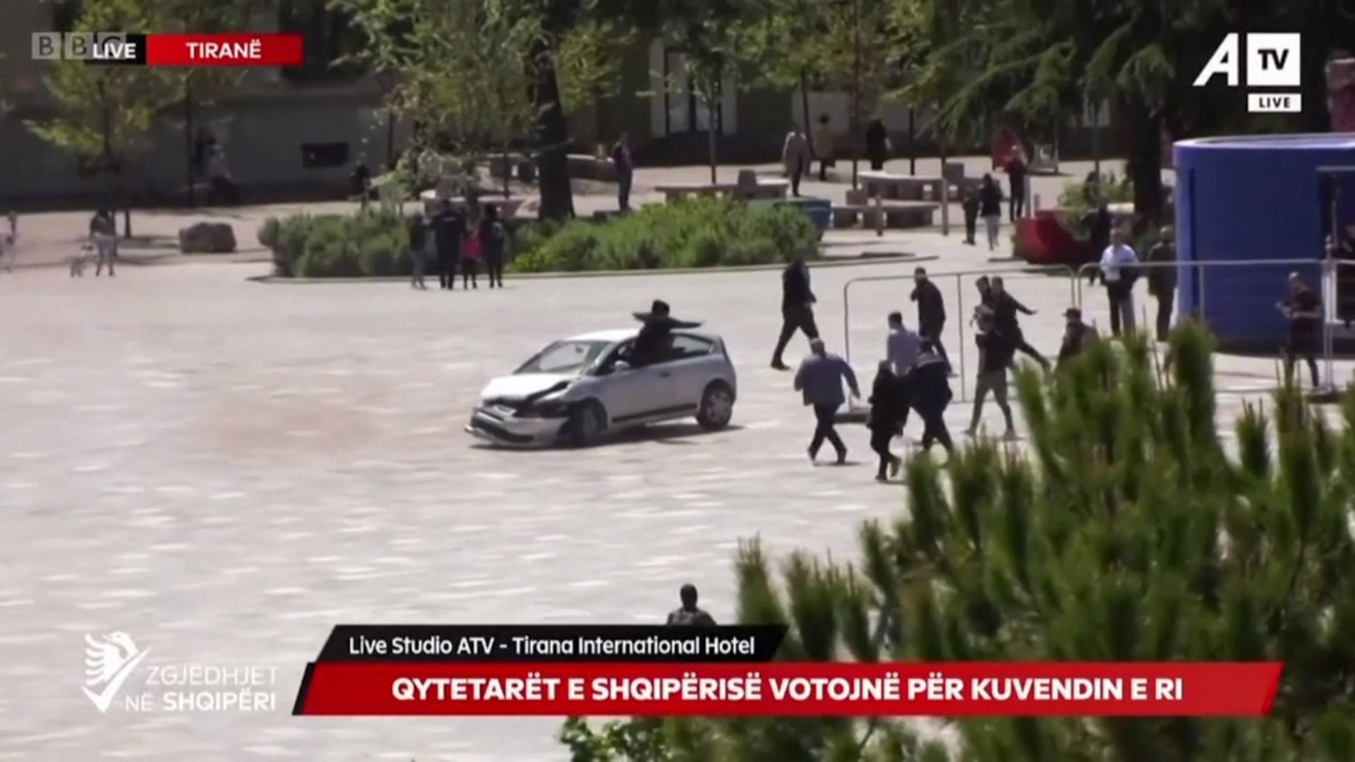 Páros lábbal ugrott be a sofőr ablakán egy ámokfutó autóst megállító férfi Tiranában