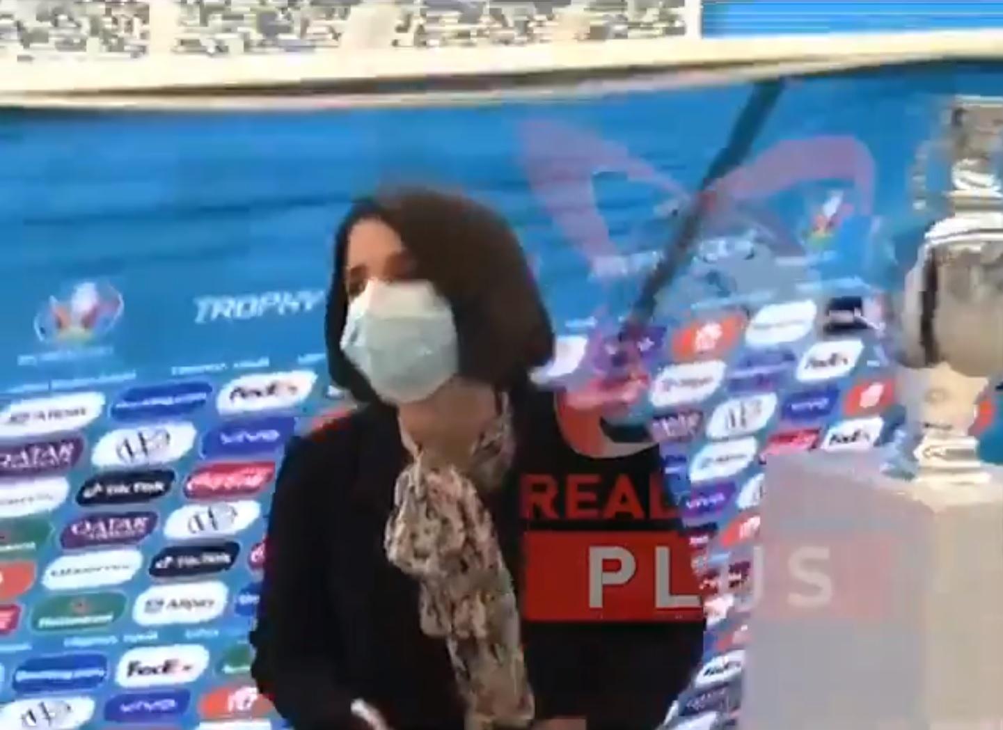 Élő adásban borult fel a foci-Eb kupája Bukarestben
