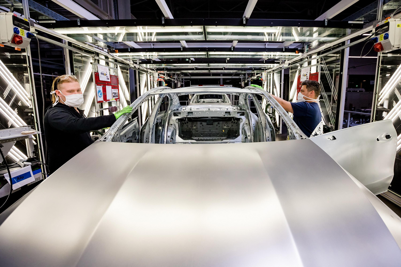 A kecskeméti Mercedes-gyárban kialakított oltópontokban oltják a dolgozókat, amíg áll a termelés