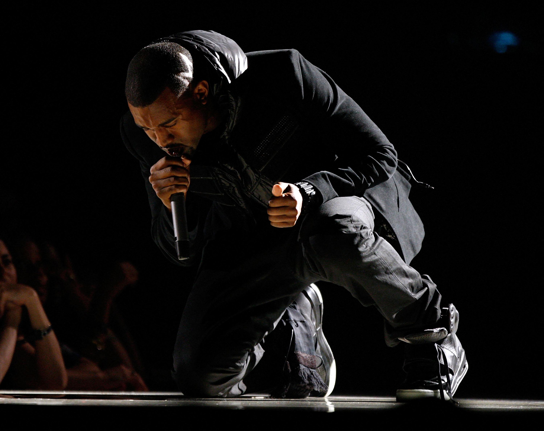 Több mint félmilliárd forintért kelt el Kanye West használt cipője