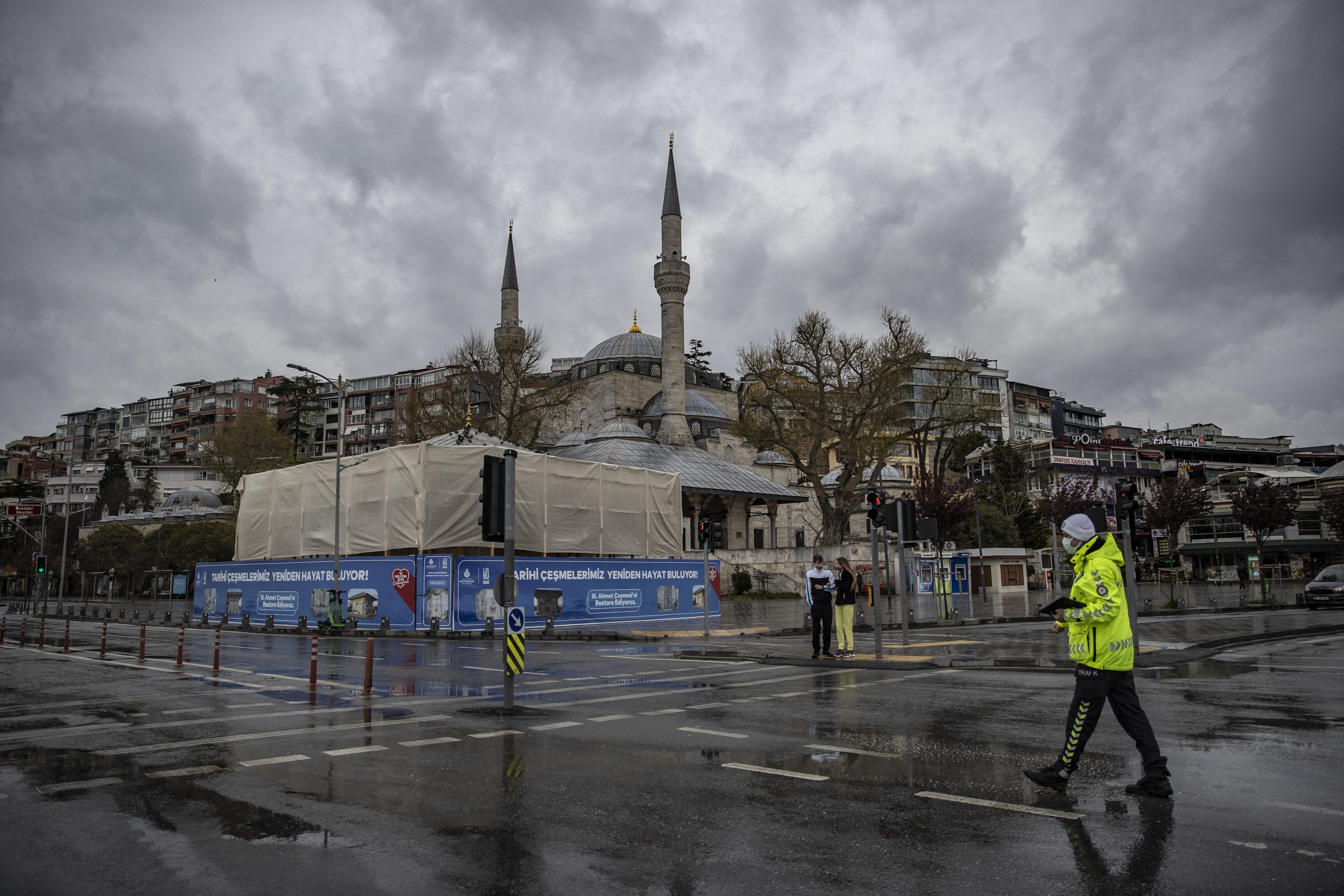 Törökországban minden eddiginél szigorúbb, többhetes lezárás jön