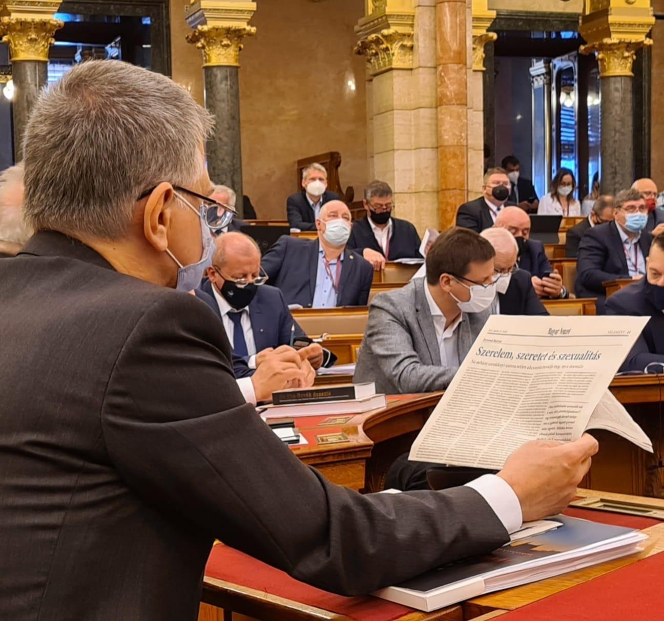 Szerelemről, szeretetről és szexualitásról olvasgat Kövér László, miközben a képviselők szavaznak a parlamentben