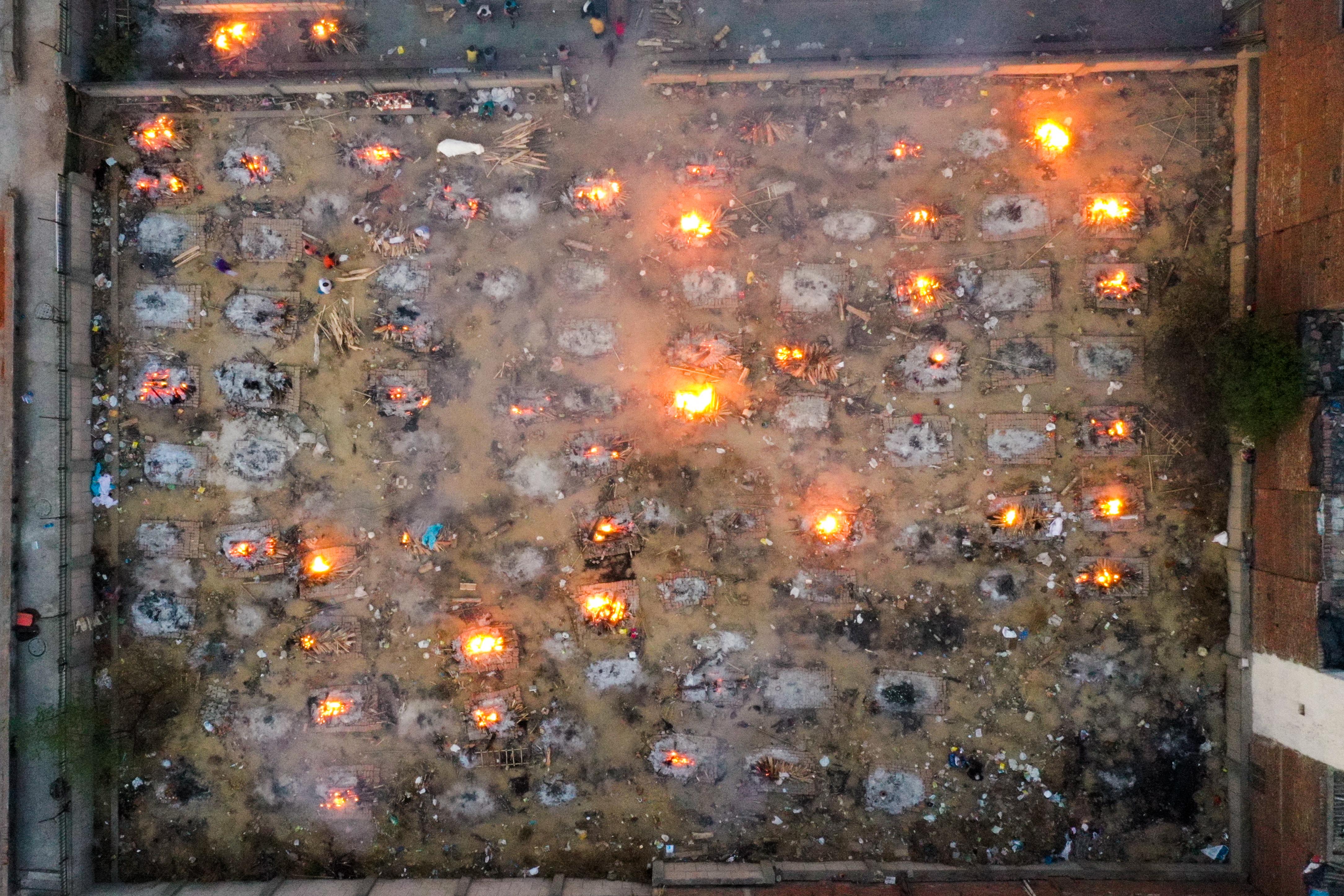 Annyira sok áldozata van a járványnak Delhiben, hogy máglyákat kellett építeni a városban