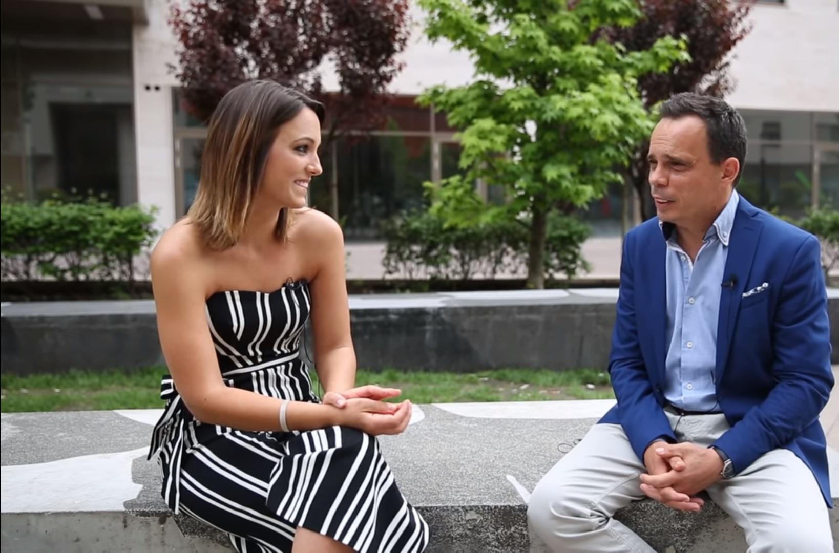 Cikket írt a férjéről, egyben főnökéről, annak új könyvéről és a közös Orbán-imádatukról