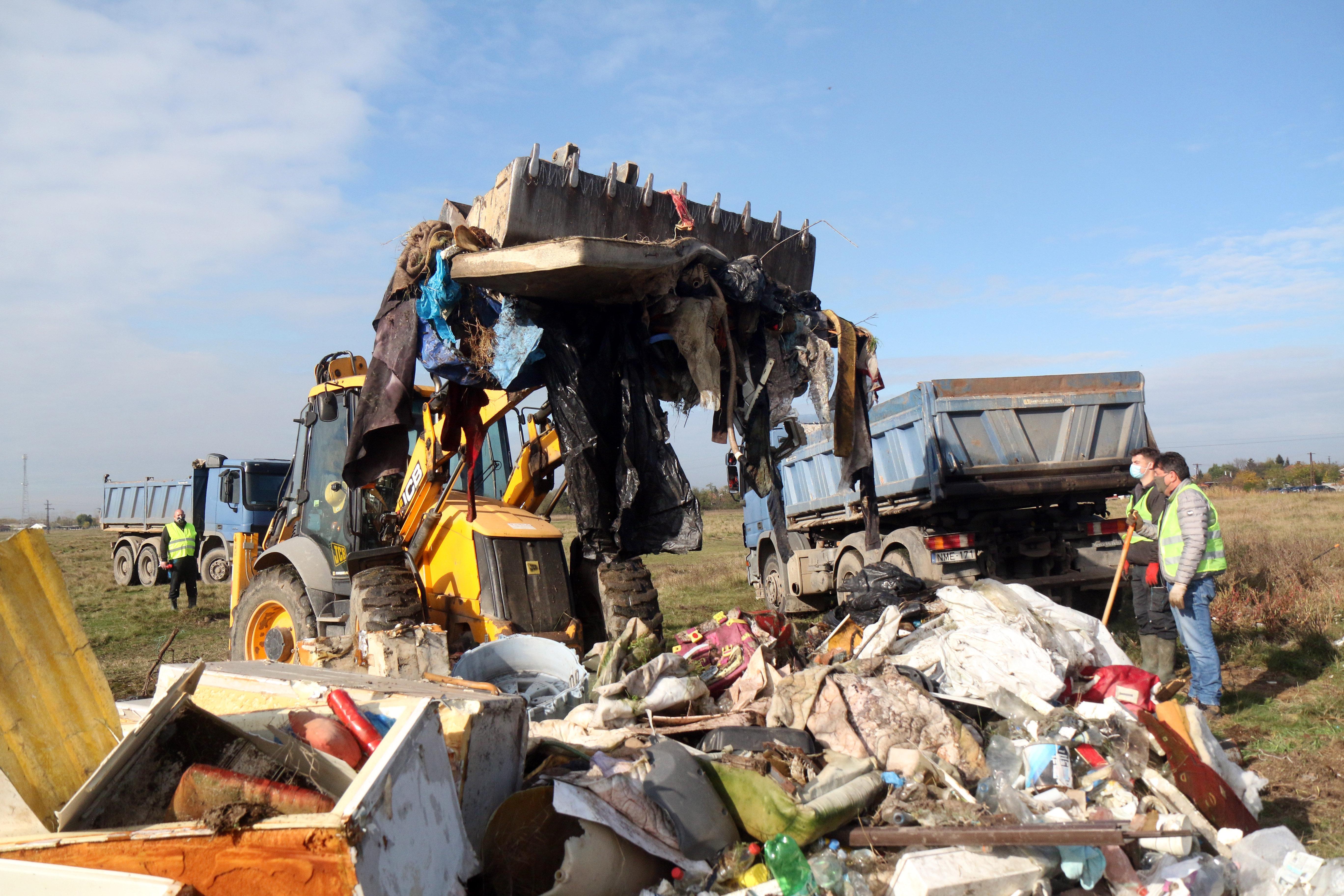 Öt nap alatt 650 tonnányi illegális hulladékot gyűjtött össze a Magyar Közút