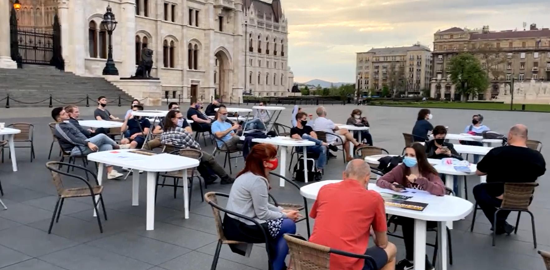 A tiltakozás új formájával, műanyag székkel és asztallal támad a Momentum