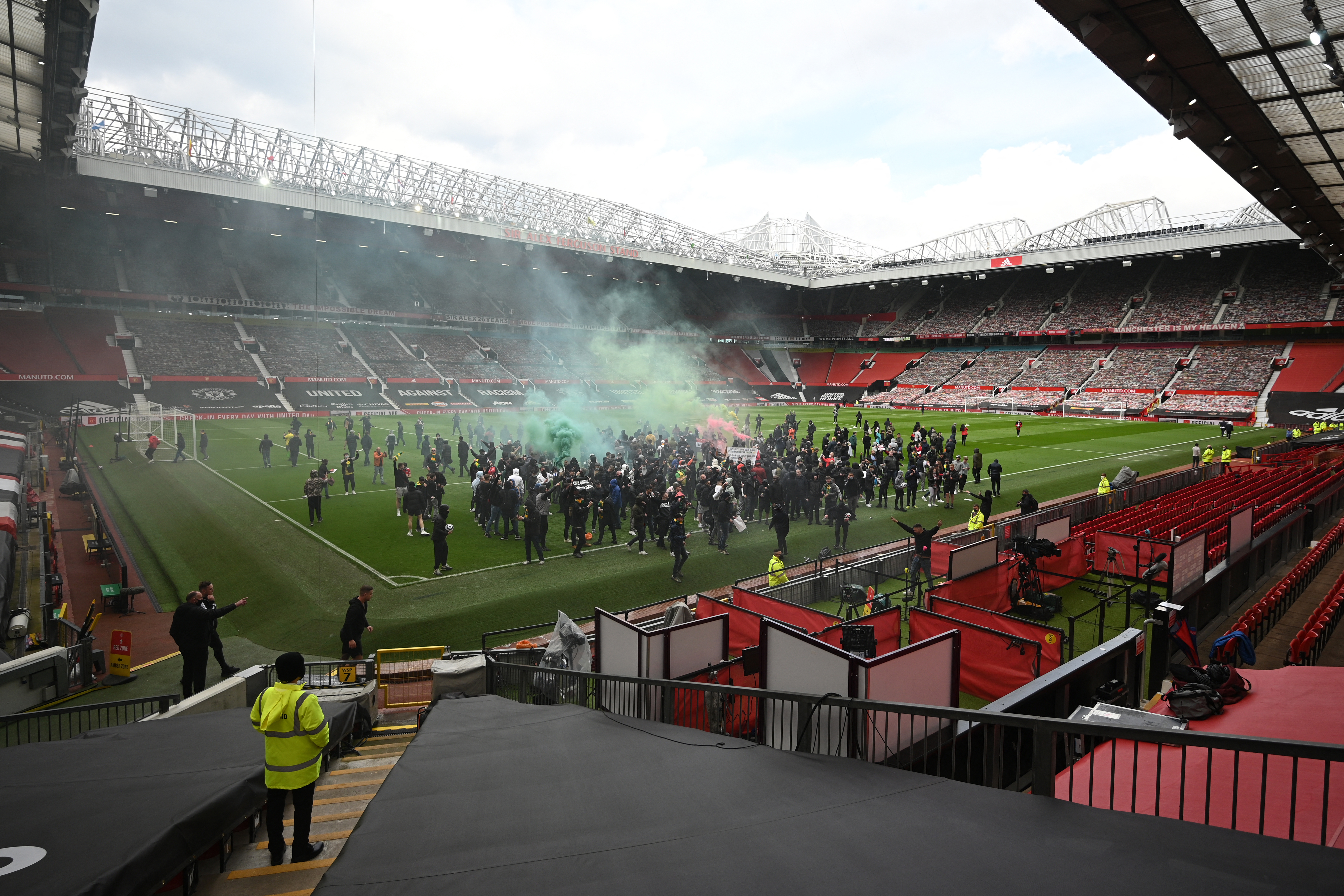 Betörtek az Old Traffordra a tulajdonosok ellen tüntető United-szurkolók a Liverpool elleni meccs előtt