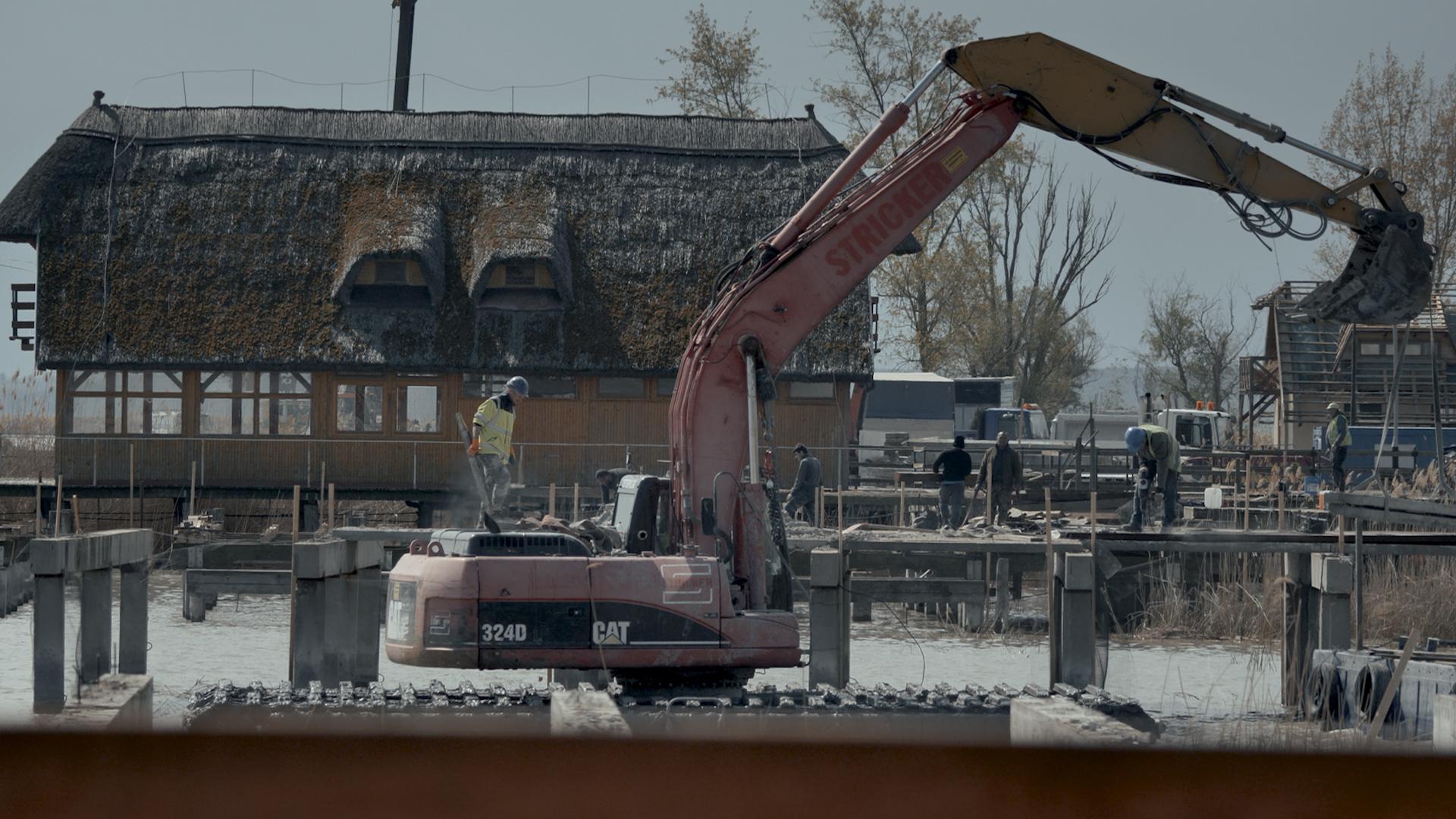 Az sem állítja meg Mészáros szállodaépítését Fertőrákoson, ha a saját tulajdonosaikkal kell lebontatni a cölöpházakat
