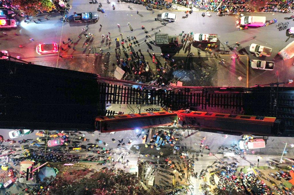 Leszakadt egy metrófelüljáró Mexikóvárosban, az útra és autókra zuhantak a metrókocsik