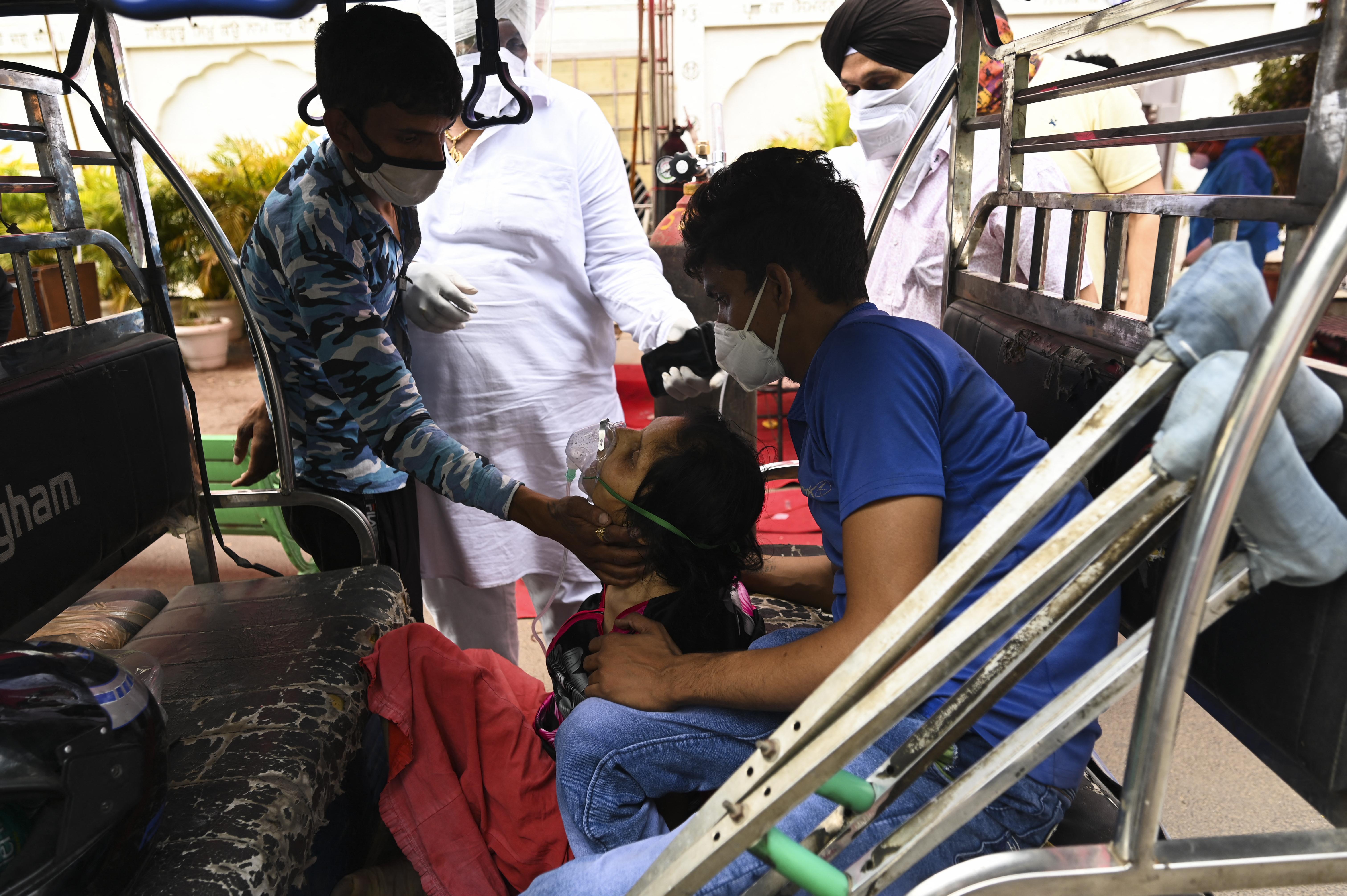 Autókban és riksákban állnak sorba a betegek oxigénért a szikh templomok előtt Új-Delhiben