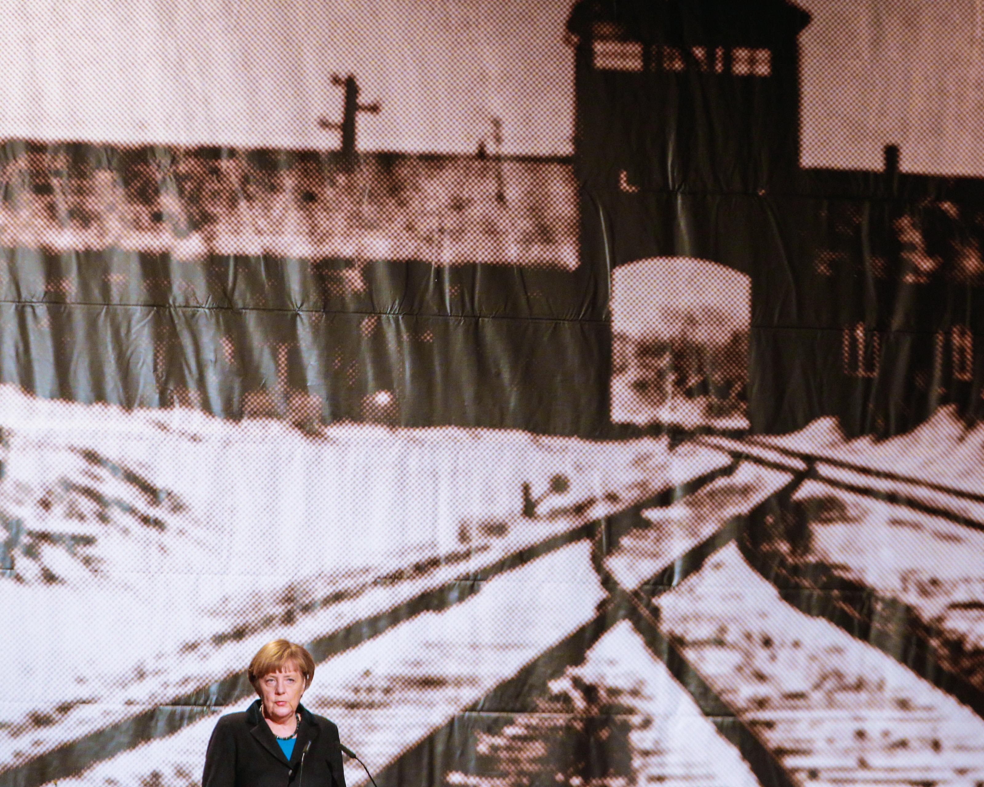 Merkel: Örök kötelesség a nácik áldozataira emlékezni