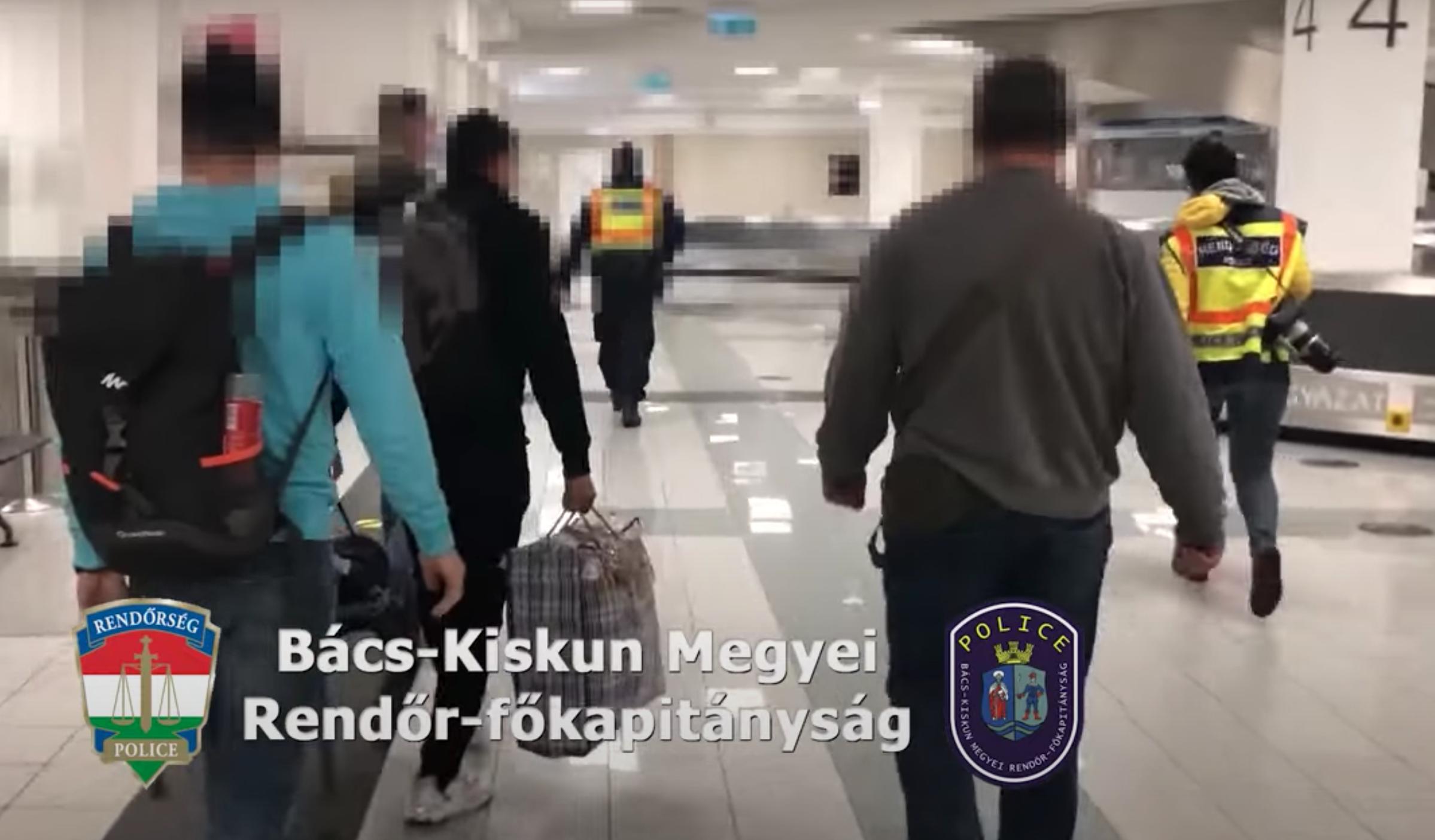 Spanyolországból hozták haza azt a férfit, aki az M5-ösön magát rendőrnek álcázva rabolt ki három embert