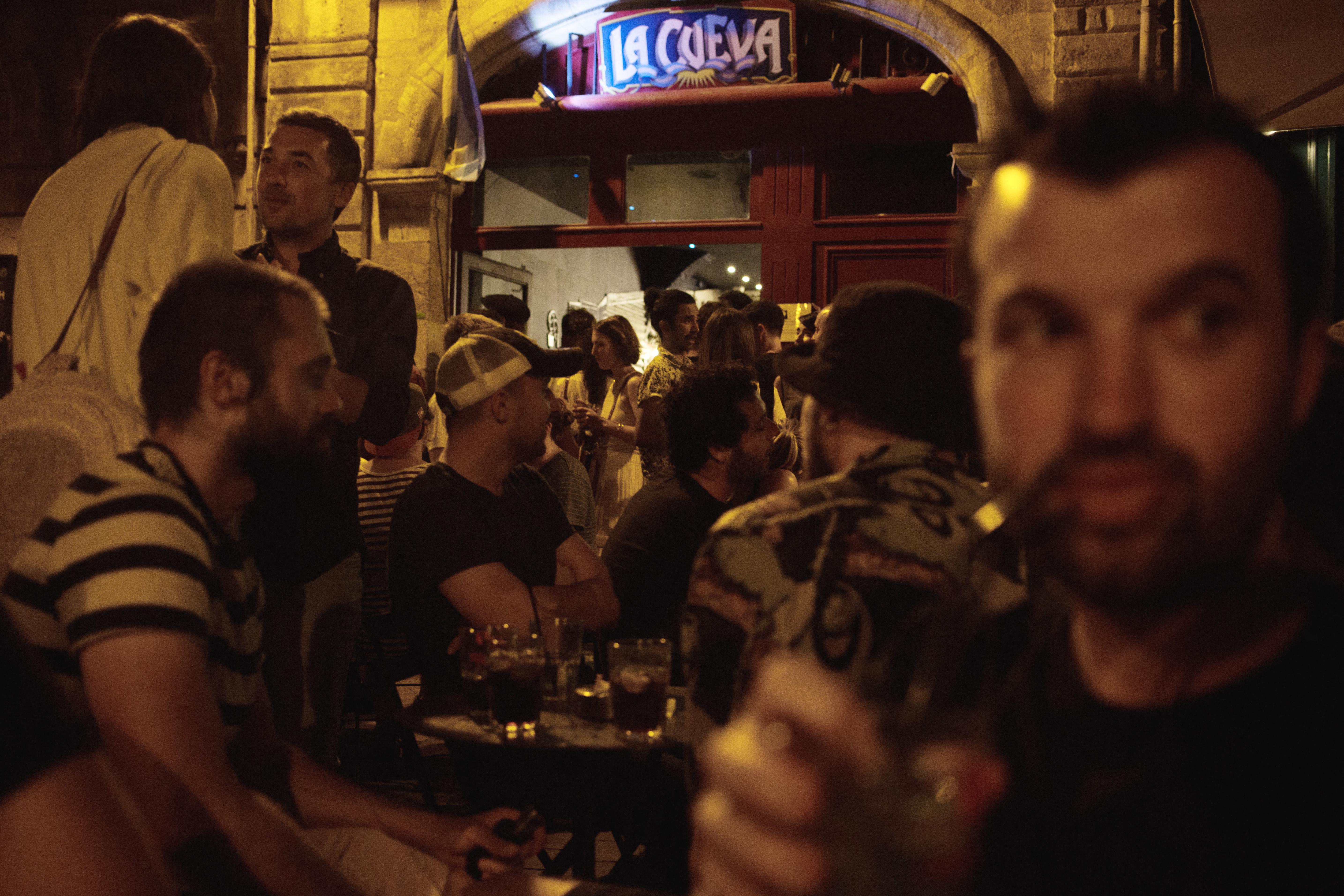 Bebizonyították, hogy részegen nehéz távolságot tartani egymástól
