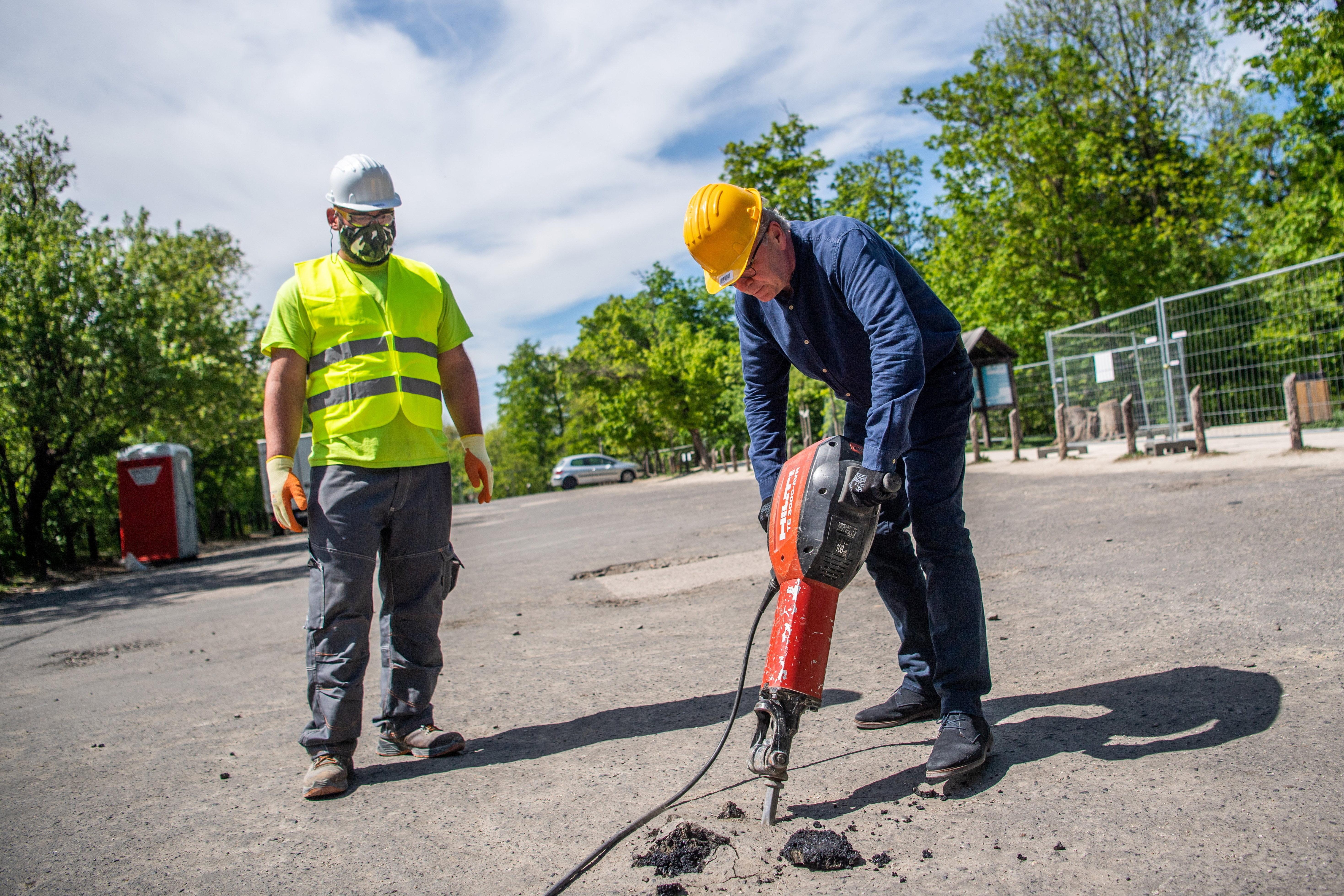 Pokorni Zoltán az utolsó akcióhős: minden munkavédelmi szabályt megszegve esett neki légkalapáccsal a betonnak