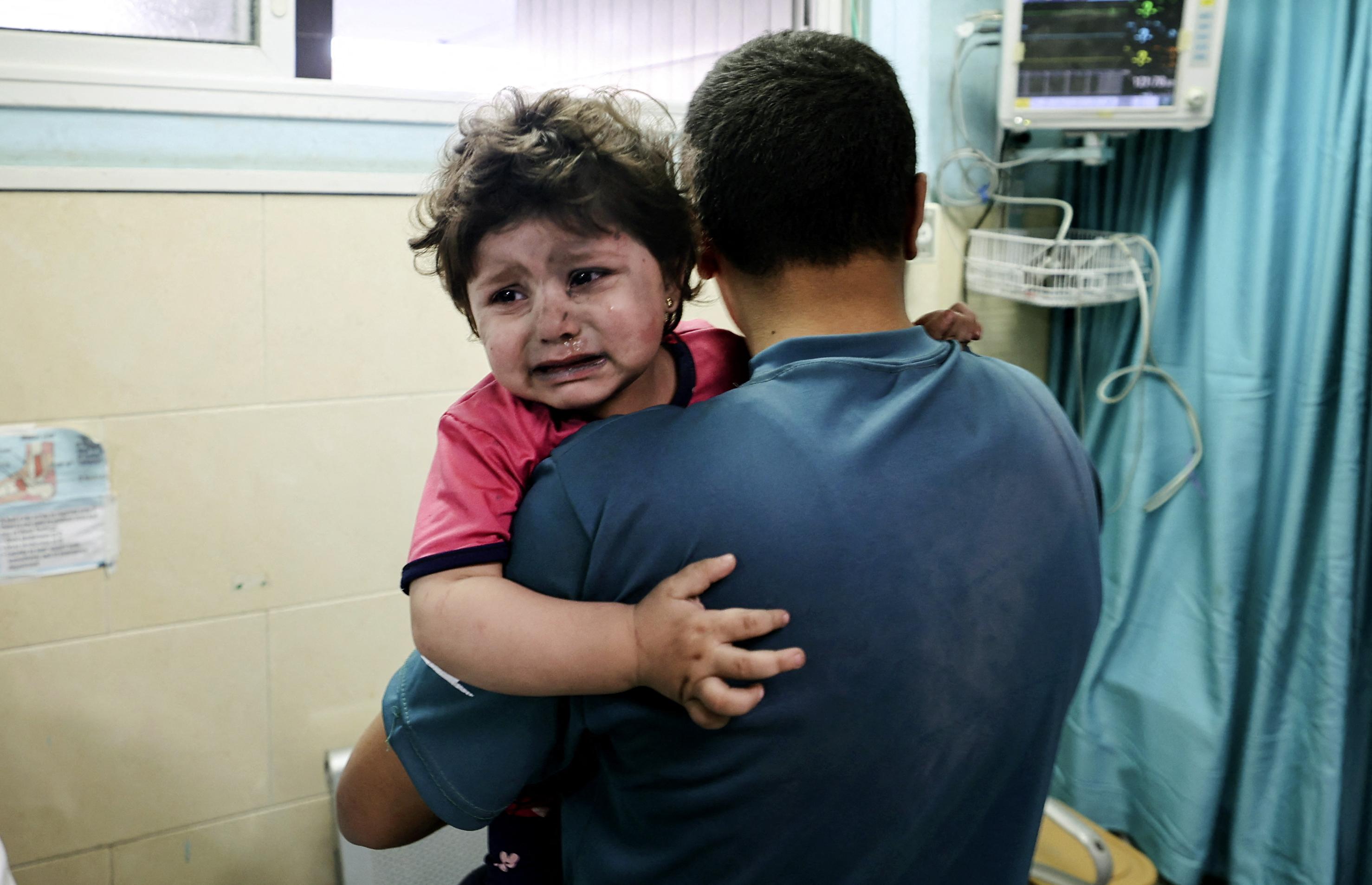 Már 28 halálos áldozata van a légicsapásoknak Gázában
