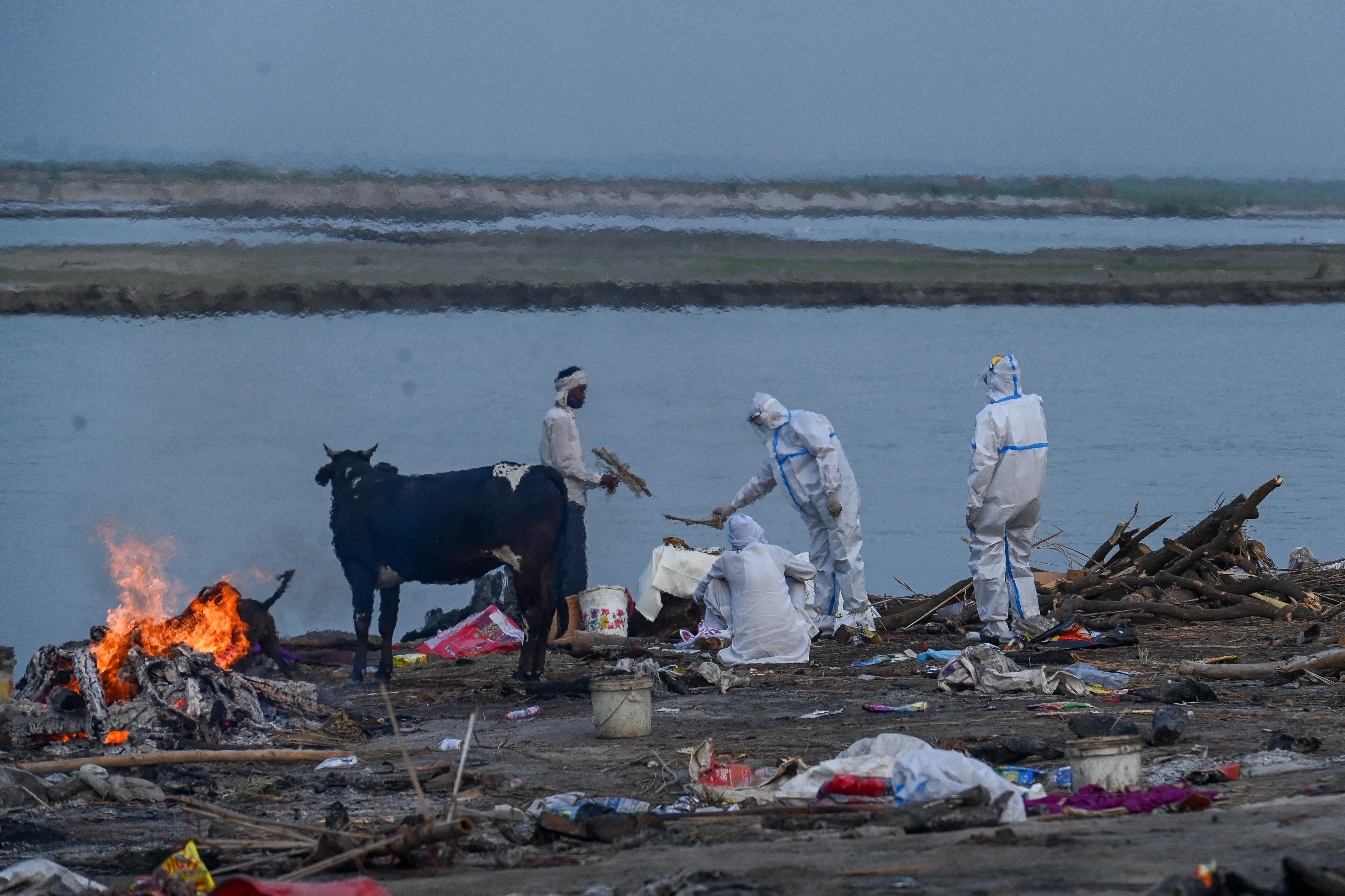 Hálót kellett kifeszíteni a Gangesz folyóra, hogy felfogja a sodródó holttesteket
