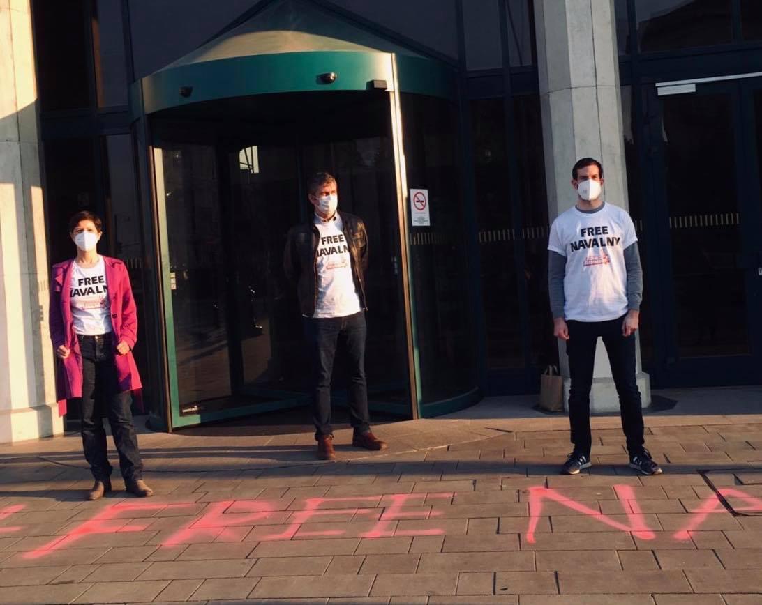 Feljelentette a rendőrség Szél Bernadettet, amiért a külügyminisztérium bejárata elé festette, hogy FREE NAVALNY