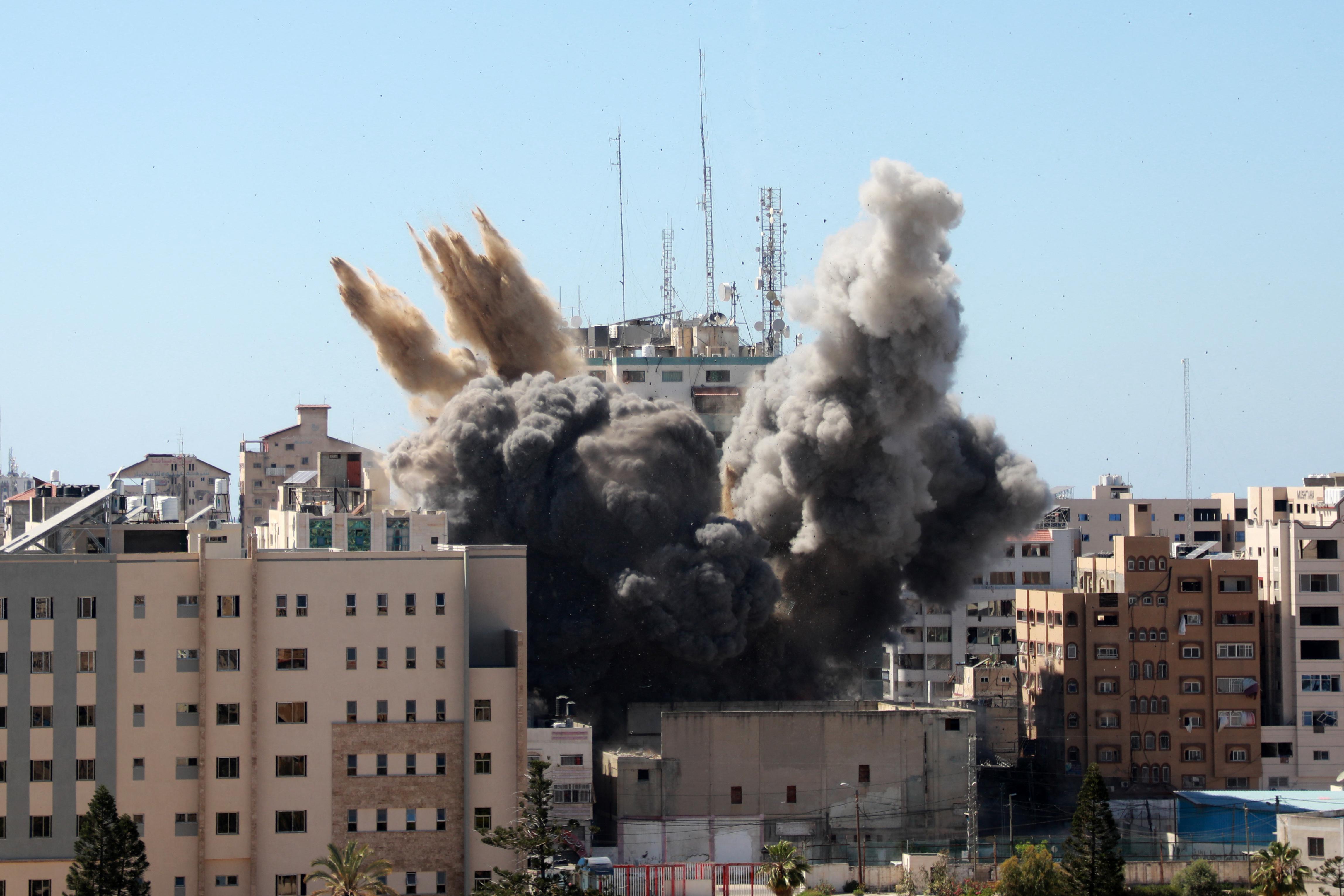Az izraeli légierő felrobbantotta az Associated Press és az Al Jazeera épületét Gázában