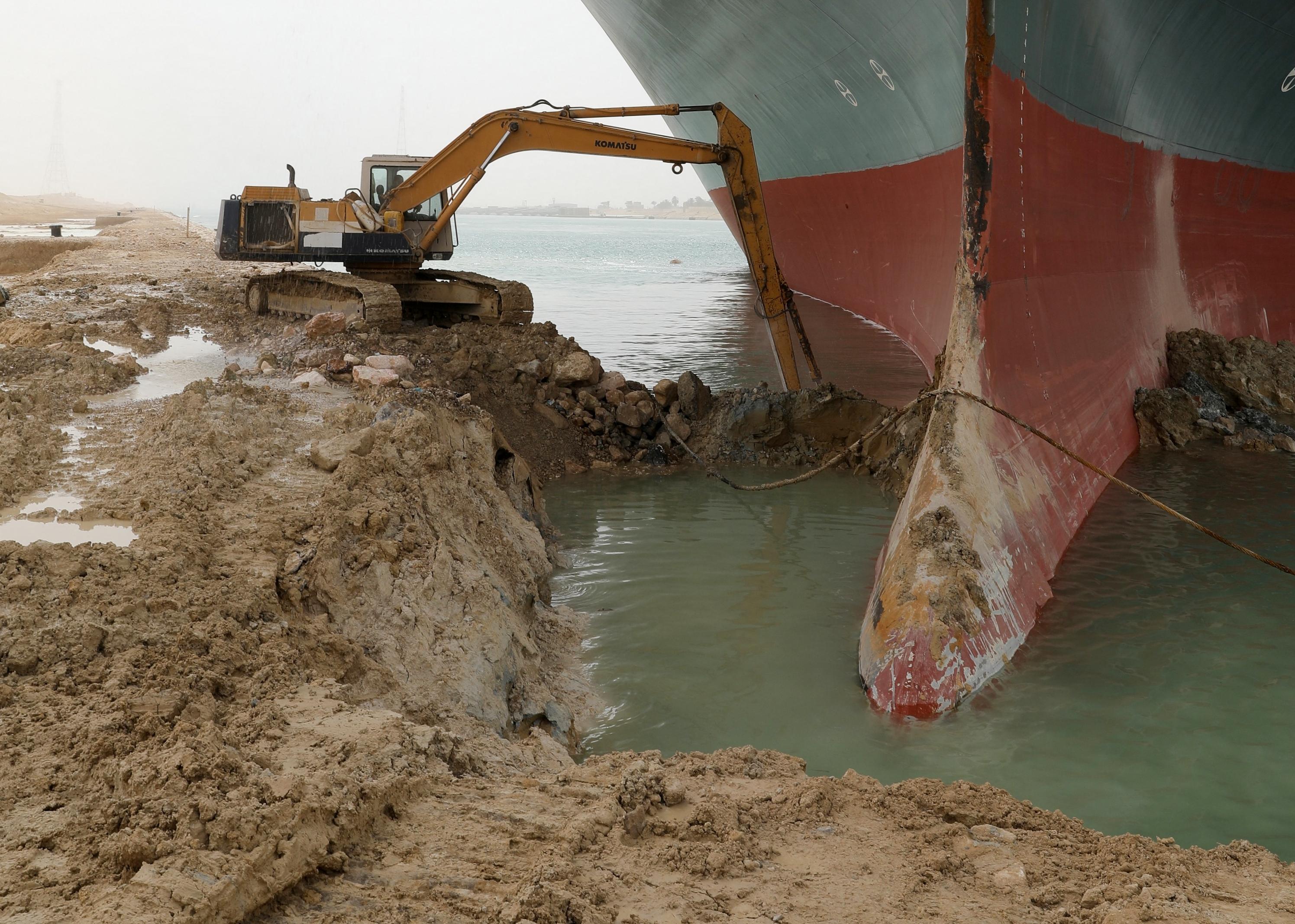 Kétsávosra szélesítik a Szuezi-csatornát